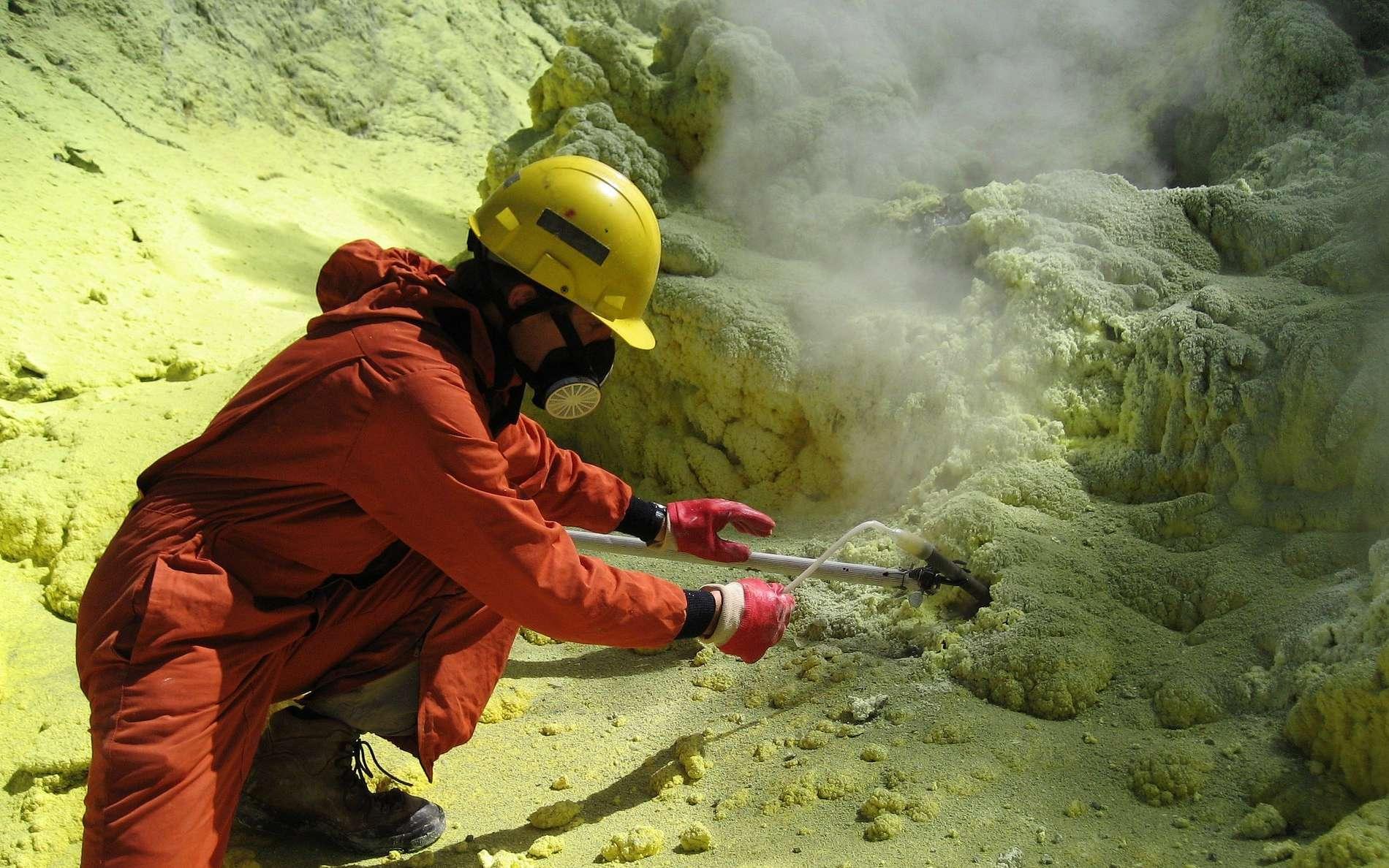 Un volcanologue en train d'échantillonner le gaz des fumerolles sur un volcan du Costa Rica. La composition chimique des gaz émis semble pouvoir permettre d'indiquer l'occurrence d'une éruption de quelques heures à quelques semaines à l'avance selon les volcans. © Raul Mora-Amador Carlos Ramírez U, University of Costa Rica