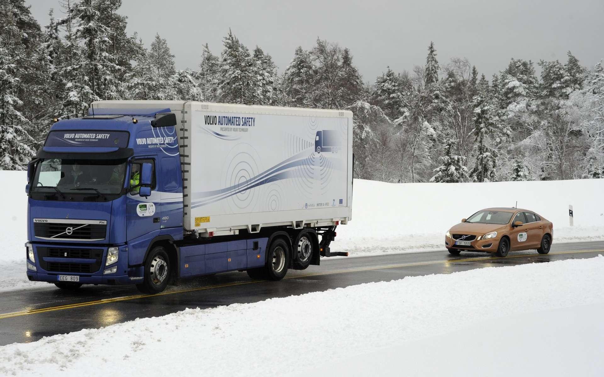 La voiture suit le camion... toute seule. © Volvo Cars/Sartre