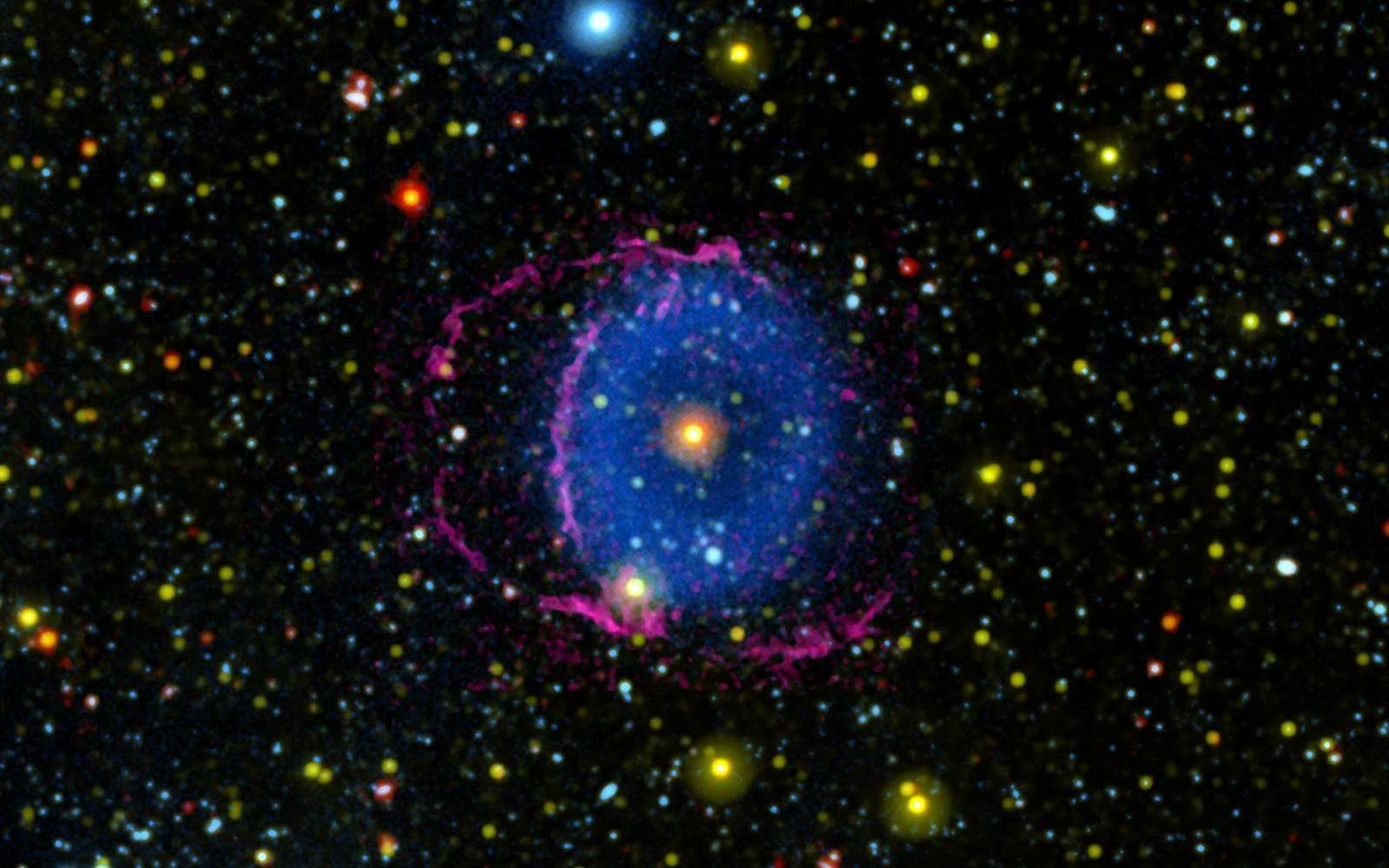 Située à 6.300 années-lumière dans la constellation d'Hercule, la nébuleuse de l'anneau bleu serait le produit de la fusion de deux étoiles. © Nasa, JPL-Caltech - M. Seibert (Carnegie Institution for Science) - K. Hoadley (Caltech) - Galex Team