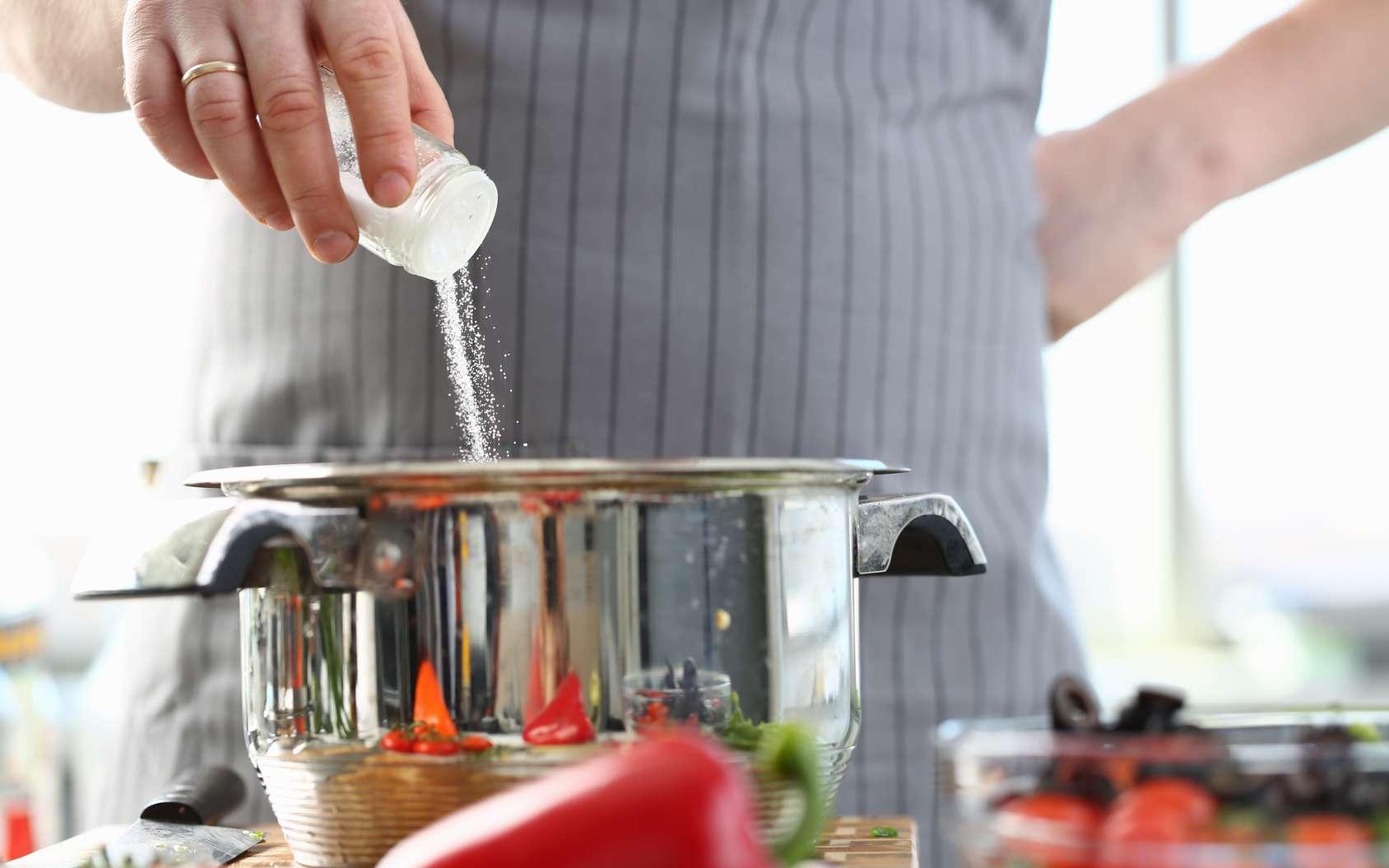 Le sel, notamment dans les plats industriels, est une vraie menace pour la santé. Tout comme les autres additifs. © Hanna, Fotolia