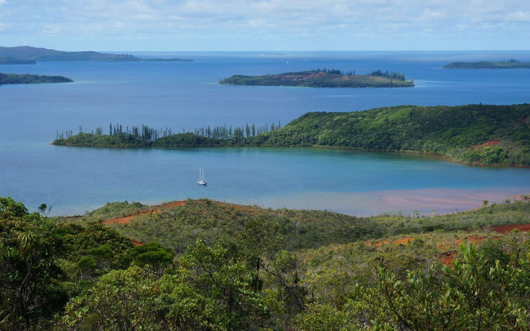 La baie de Prony, dans le lagon sud de la Nouvelle-Calédonie. On y trouve un site exceptionnel, connu des plongeurs et protégé, où des cheminées hydrothermales émettent des fluides alcalins. Dans ce milieu très pauvre en oxygène prospère une flore microbienne très particulière. © R. Price
