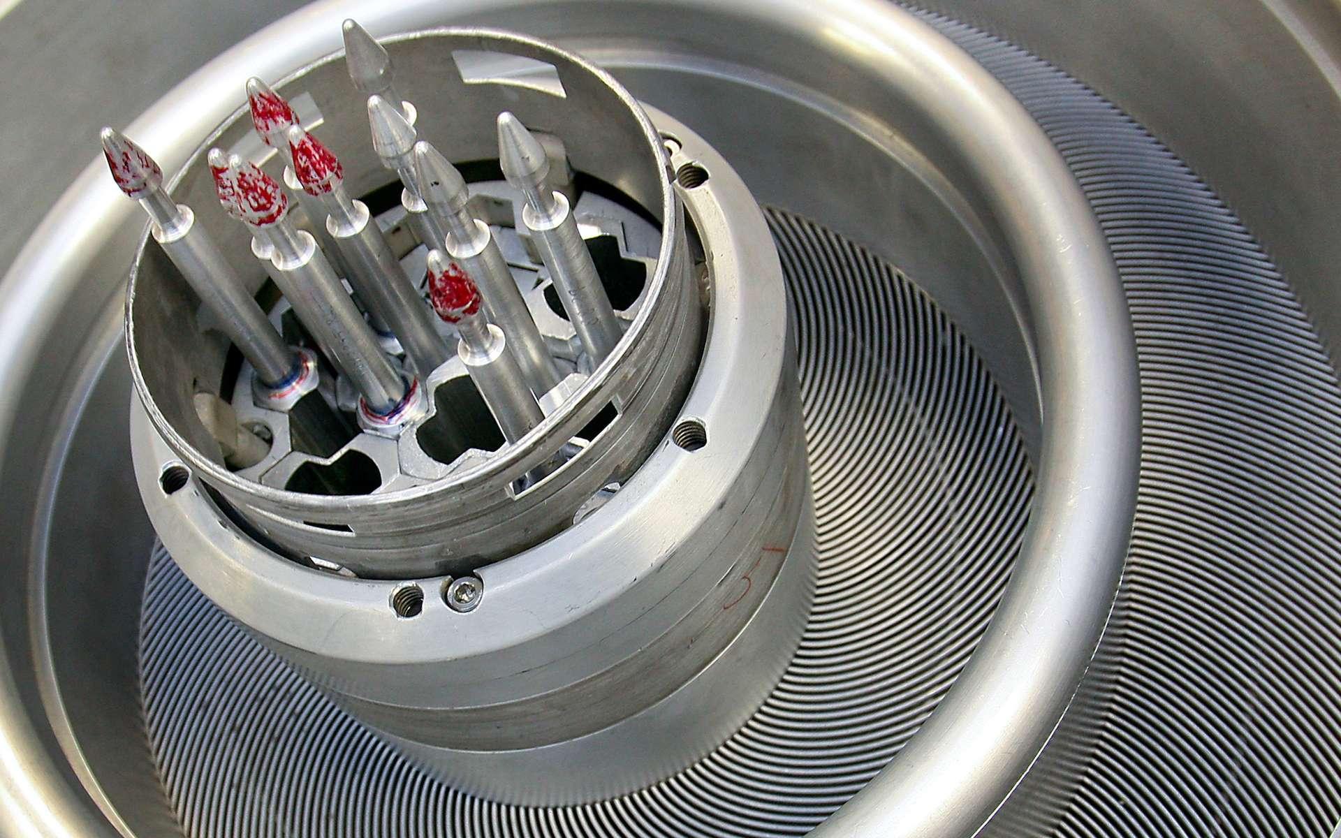 C'est dans ce piège de flux du réacteur à haut flux isotopique du Oak Ridge National Laboratory (États-Unis) que des cibles sont irradiées pour produire des isotopes comme le californium 252. © Oak Ridge National Laboratory, Flickr, CC by-nc-nd 2.0