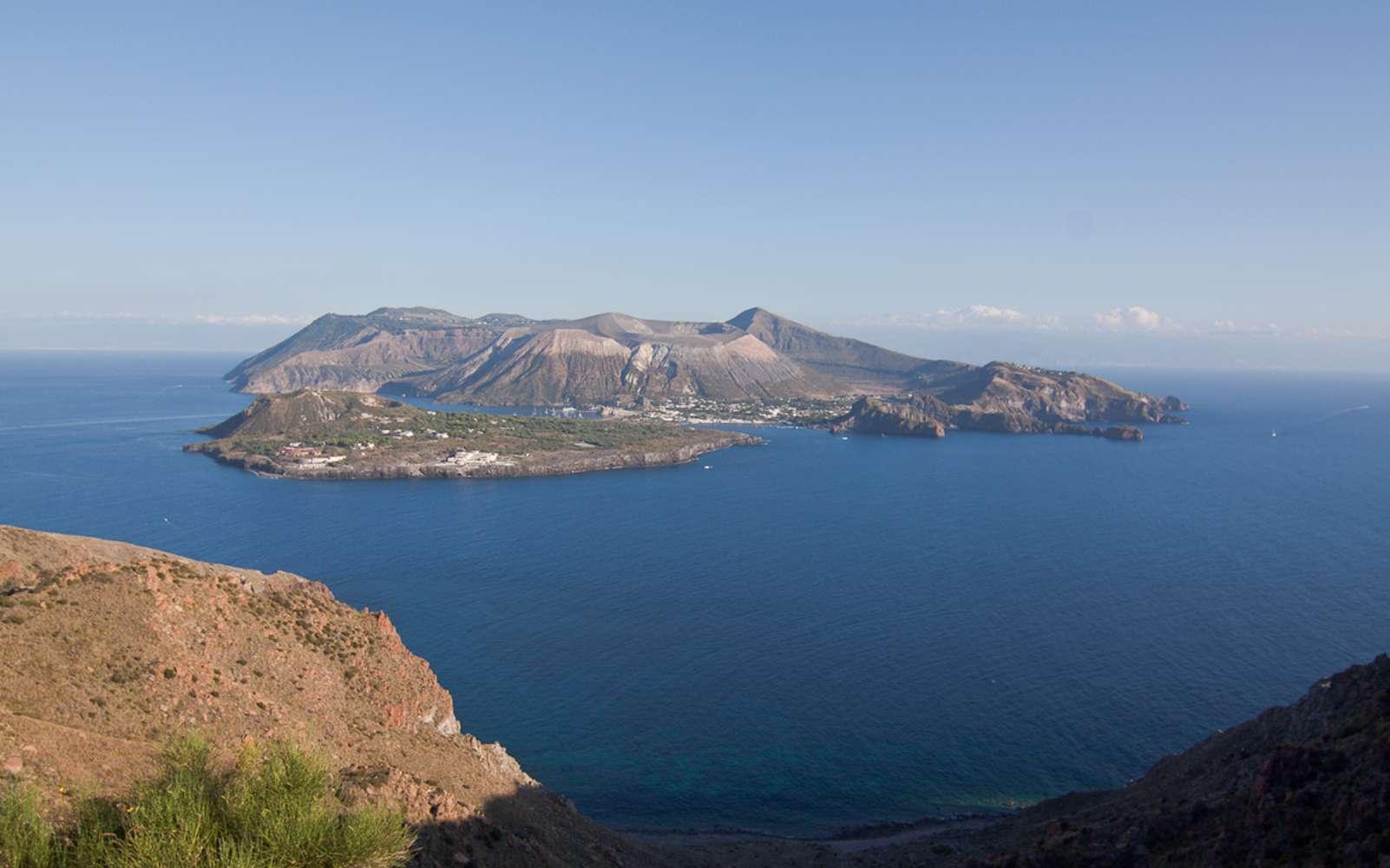 L'adjectif « vulcanien » fait référence aux éruptions observées sur l'île de Vulcano, dans les îles Éoliennes de l'Italie du Sud, au large de la Sicile. © Filippo Parisi, Wikimedia Commons, CC by 2.0