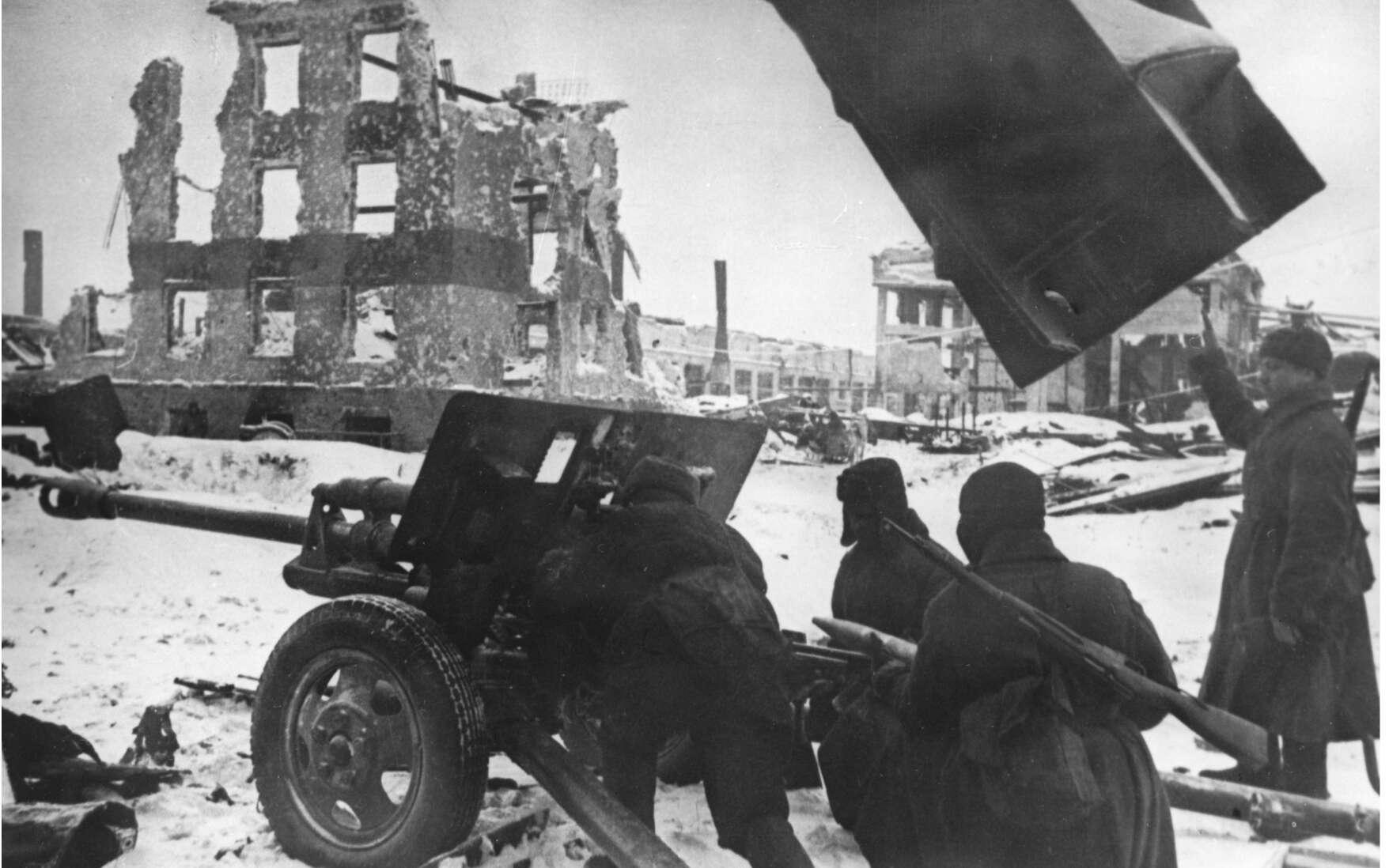 Des officiers d'infanterie soviétique lors de combats de rue. © Sputnik, Google Images.