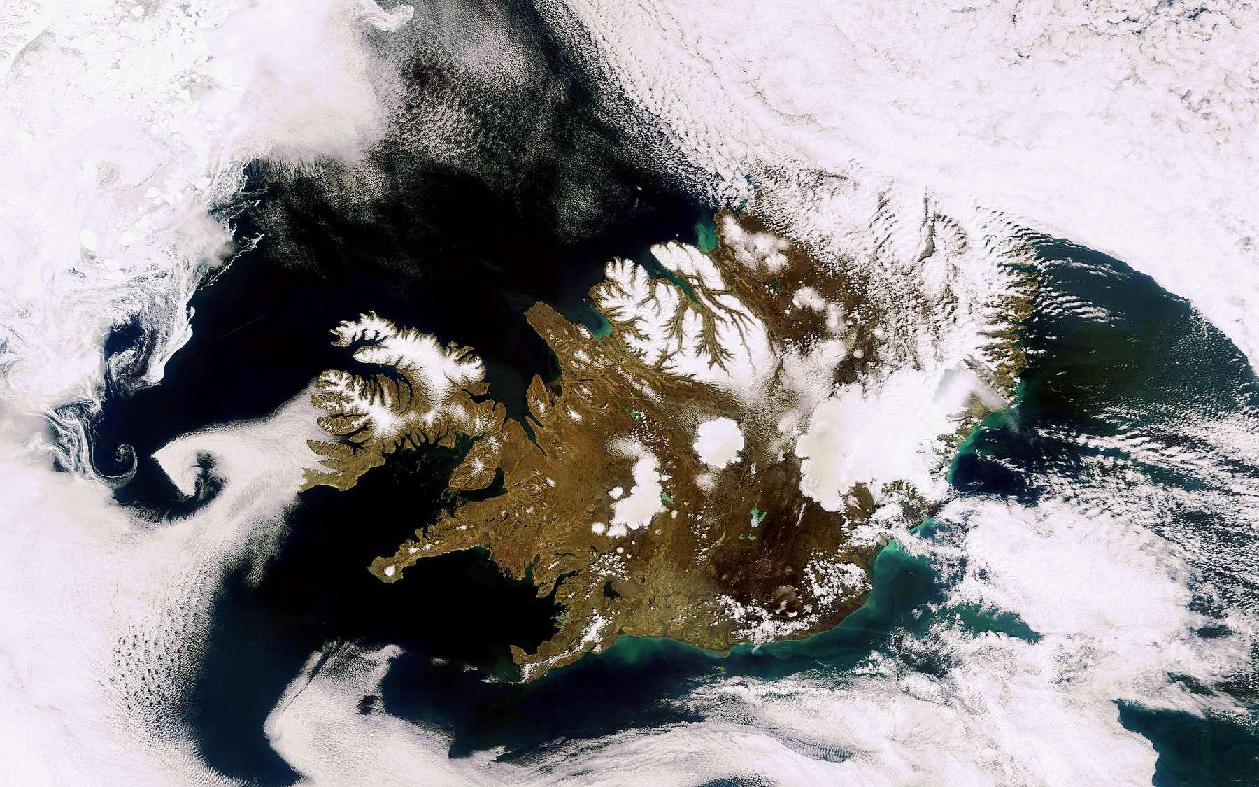 L'imprononçable volcan islandais fait l'objet d'une surveillance satellitaire qui permet de suivre son activité. L'image qui illustre cet article a été prise le 24 mai 2010 par la caméra Meris (Medium Resolution Imaging Spectrometer) d'Envisat avec une résolution de 300 mètres. Elle montre le fameux volcan Eyjafjallajokull qui ne fume plus. Les différentes teintes de vert visibles dans la mer sont dues aux alluvions charriées par les eaux. Crédit Esa