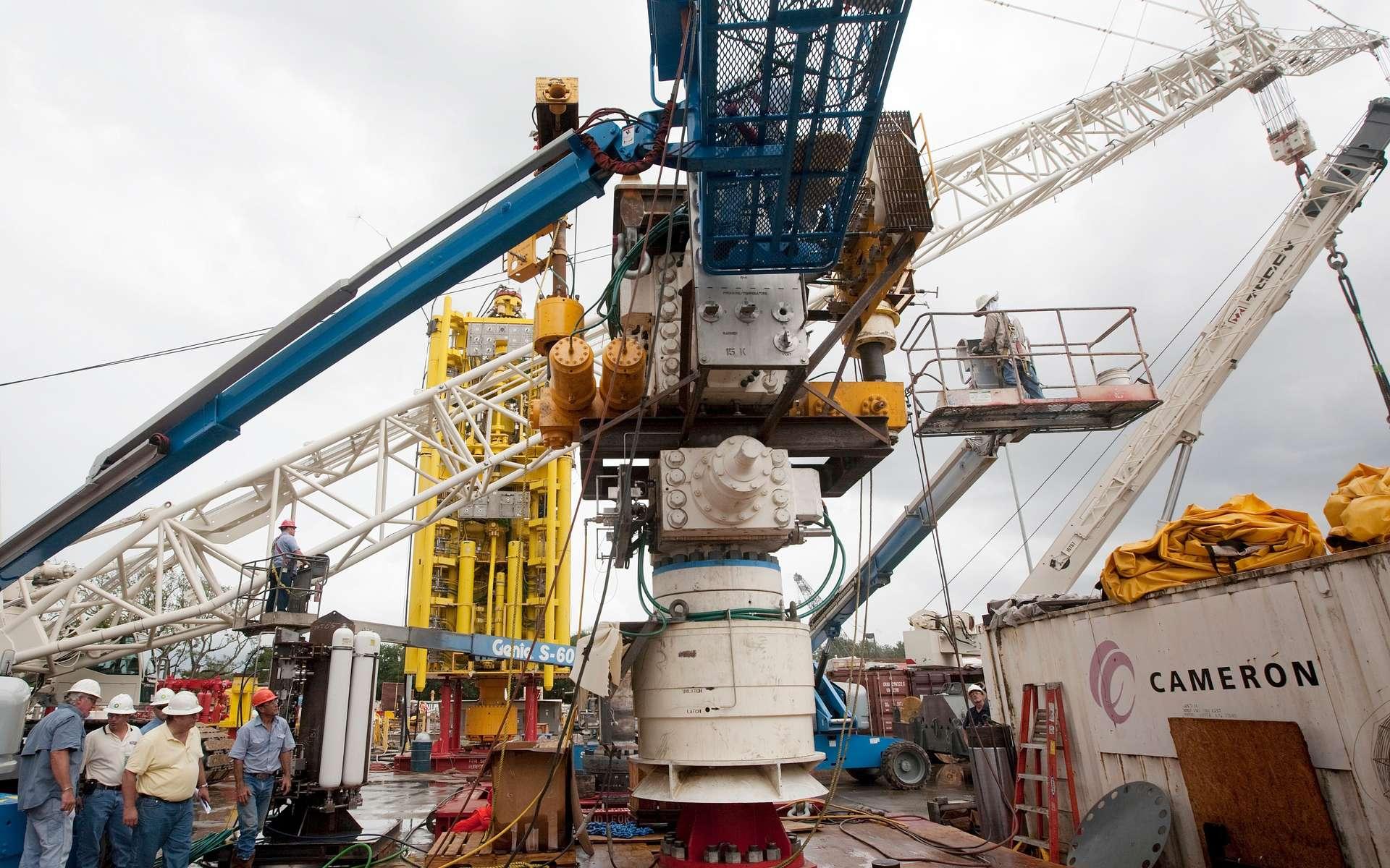 Le dernier BOP (blowout preventer, ou bloc obturateur de puits) le 29 juin dernier, construit en environ deux mois, prêt à être descendu quelques jours plus tard au niveau du puits. Il est chargé de récupérer l'écoulement de brut et de le diriger vers les conduits raccordés aux bâtiments en surface. © BP