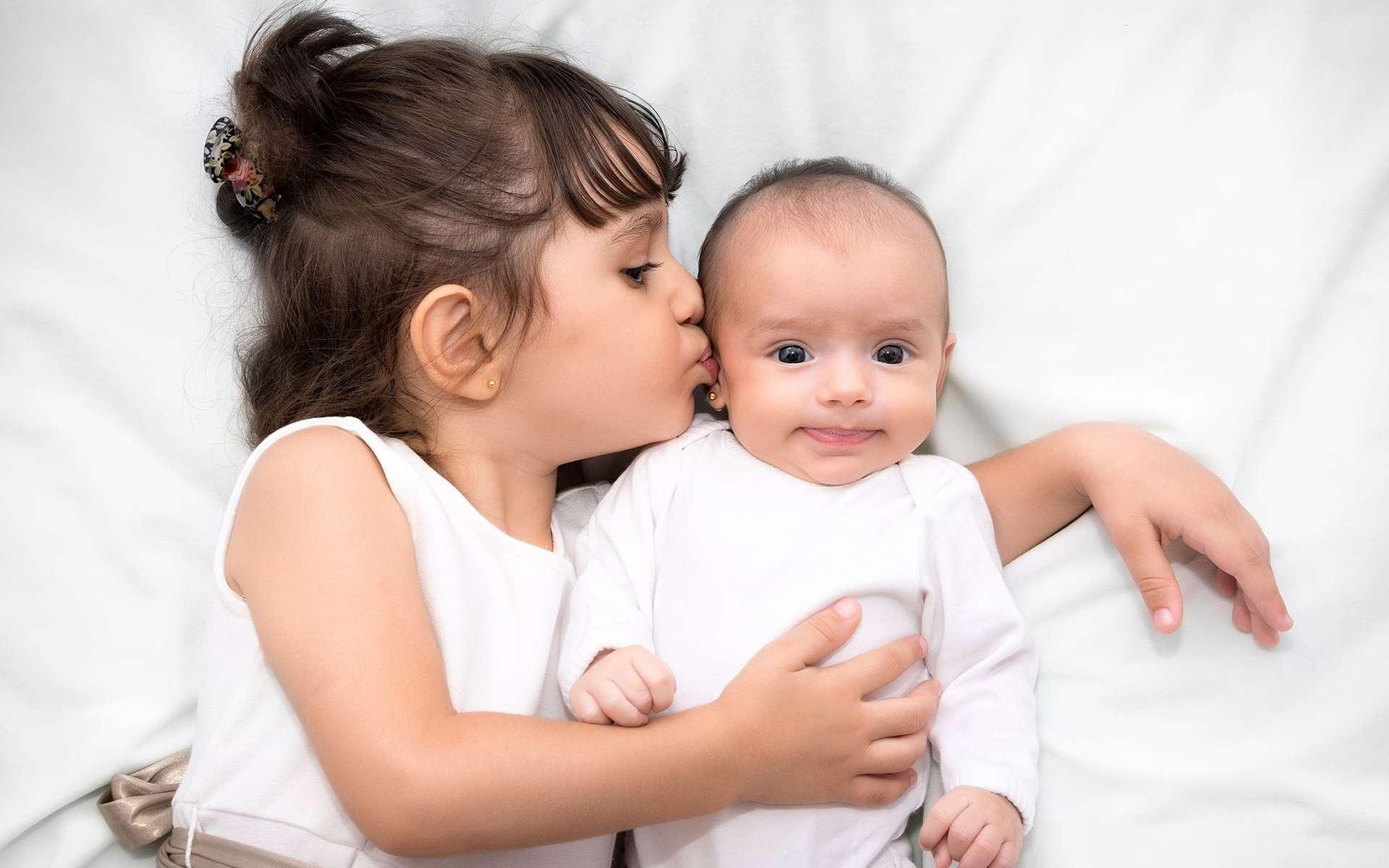 Un enfant qui a eu un petit frère ou une petite sœur entre deux ans et quatre ans et demi a moins de risque d'être obèse. © alexis kapsaskis, Shutterstock