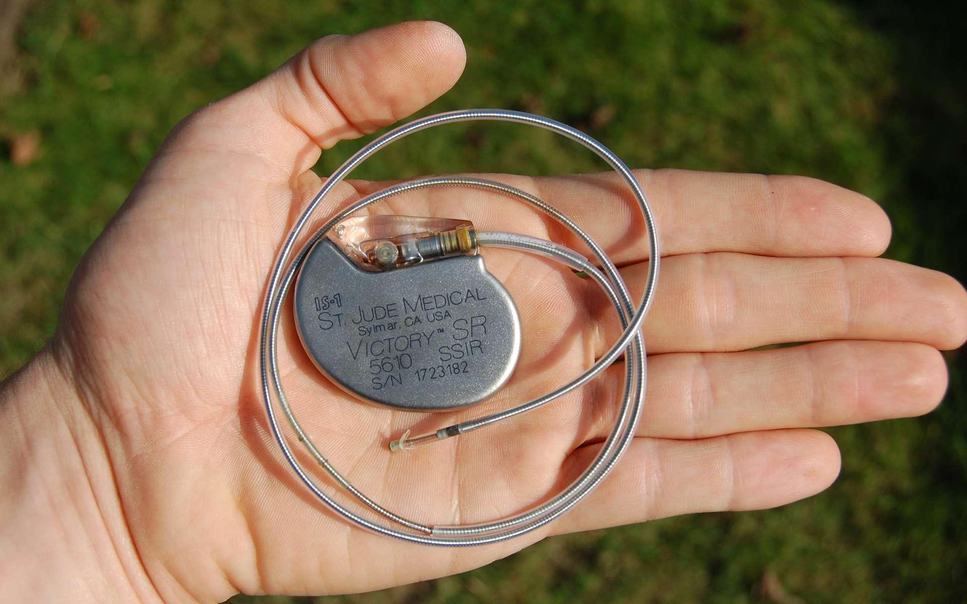 Un pacemaker classique. C'est un stimulateur cardiaque qui provoque une contraction du muscle du cœur grâce à une impulsion électrique. Il normalise le rythme cardiaque lorsque le cœur bat très lentement, ce qui peut provoquer une perte de connaissance ou une syncope, pouvant entraîner des chutes. © Steven Fruitsmaak