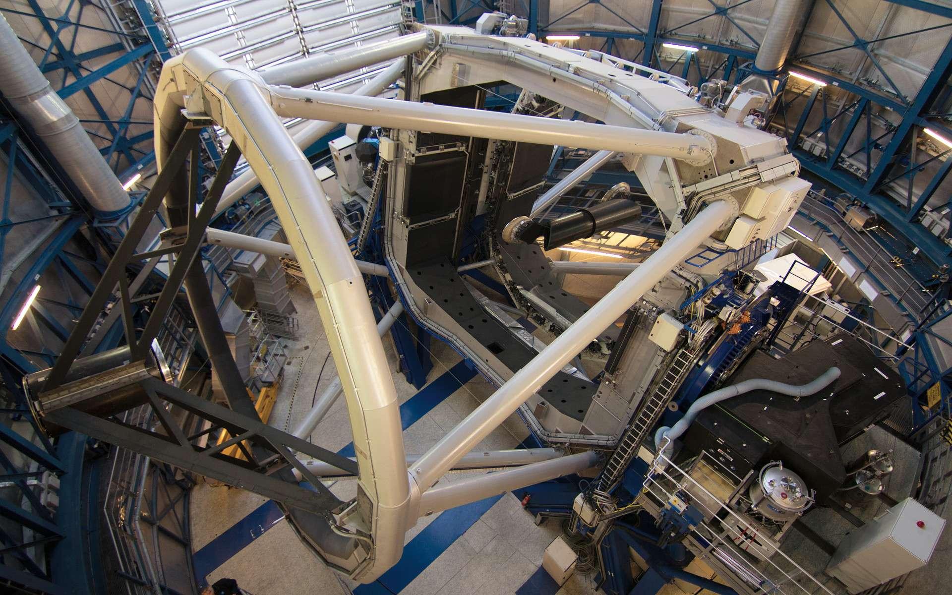 Sur cette image figure l'instrument Sphère, peu après qu'il ait été installé sur le troisième télescope de 8 m du VLT de l'Eso. L'instrument est cette boîte noire située sur la plateforme latérale du télescope. © ESO, J. Girard