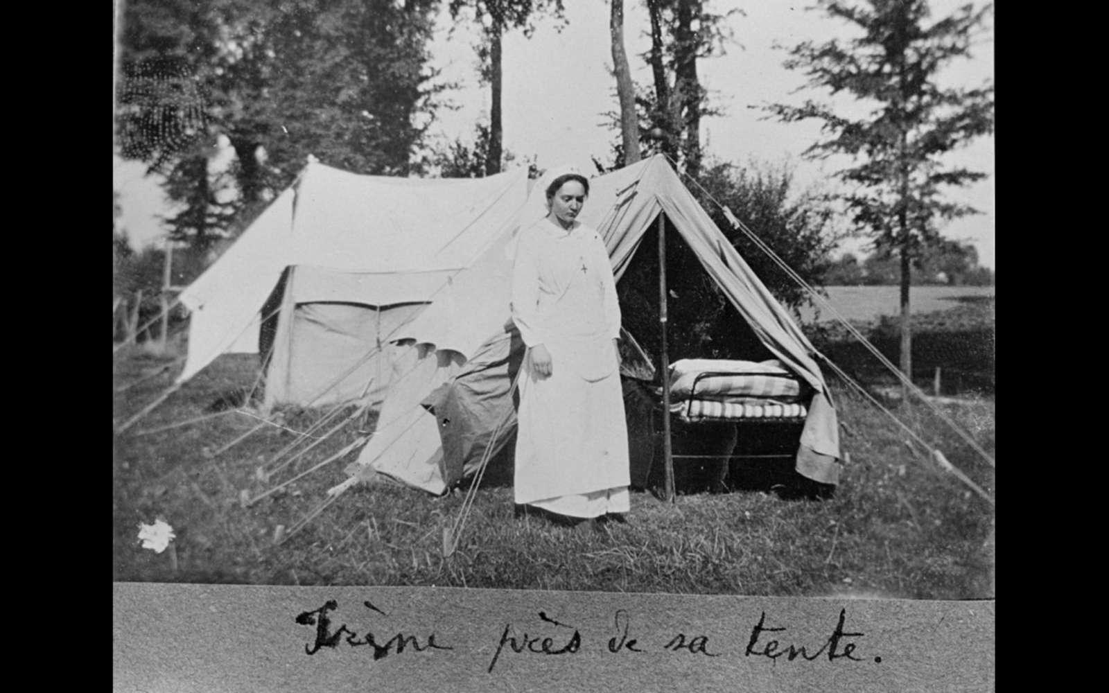 Irène Joliot-Curie devant une tente de soin. © Musée Curie