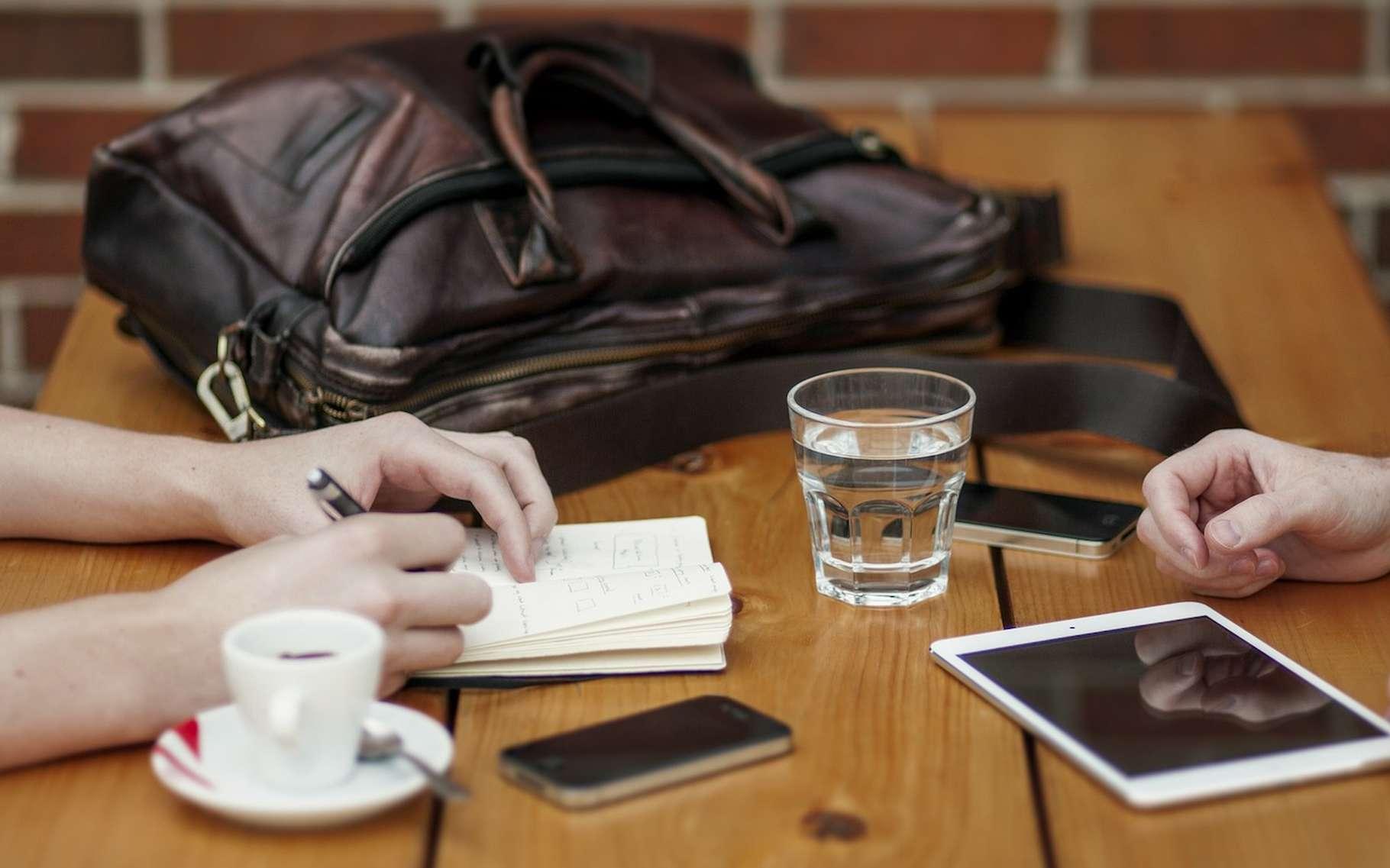 Travailler avec son smartphone posé devant soi ne serait pas une bonne idée. Car la proximité de l'appareil – allumé ou éteint – aurait tendance à diminuer nos capacités cognitives, selon une étude. © Unsplash, Pixabay, CC0 Public Domain
