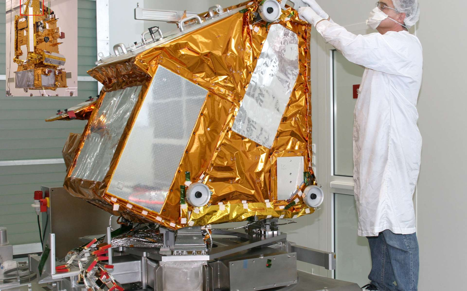 Conçu pour fonctionner au moins 5 ans, Iasi est un interféromètre de Michelson mesurant la distribution spectrale des radiations atmosphériques. Ses dimensions (1,2 x 1,1 x 1,1 m) le font ressembler à un cube de quelque 210 kg. © Thales Alenia Space/Studio Bazile