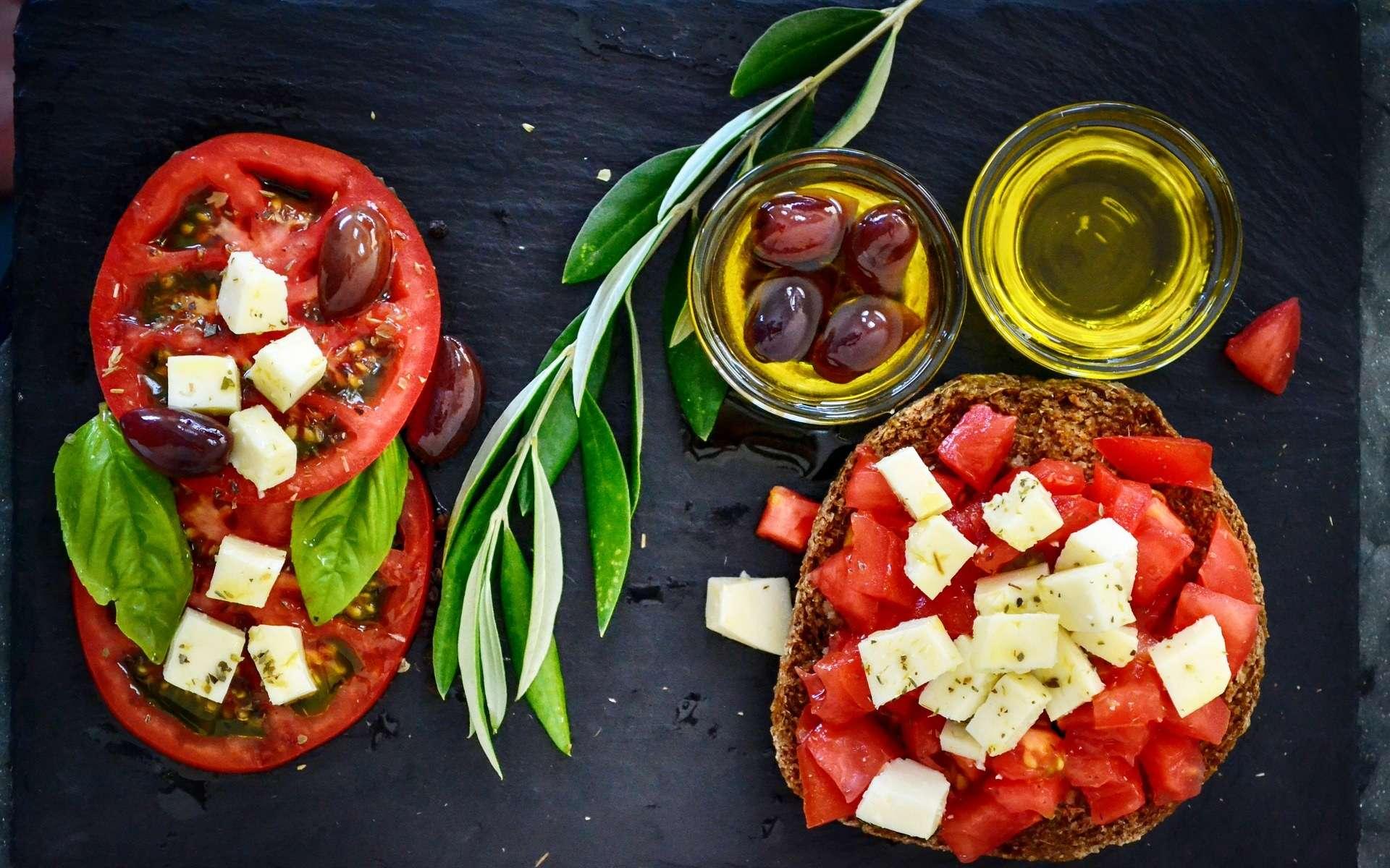 Fruits, légumes, huile d'olive, fromage : des ingrédients d'une alimentation méditerranéenne. © Dana Tentis, Pixabay, CCO