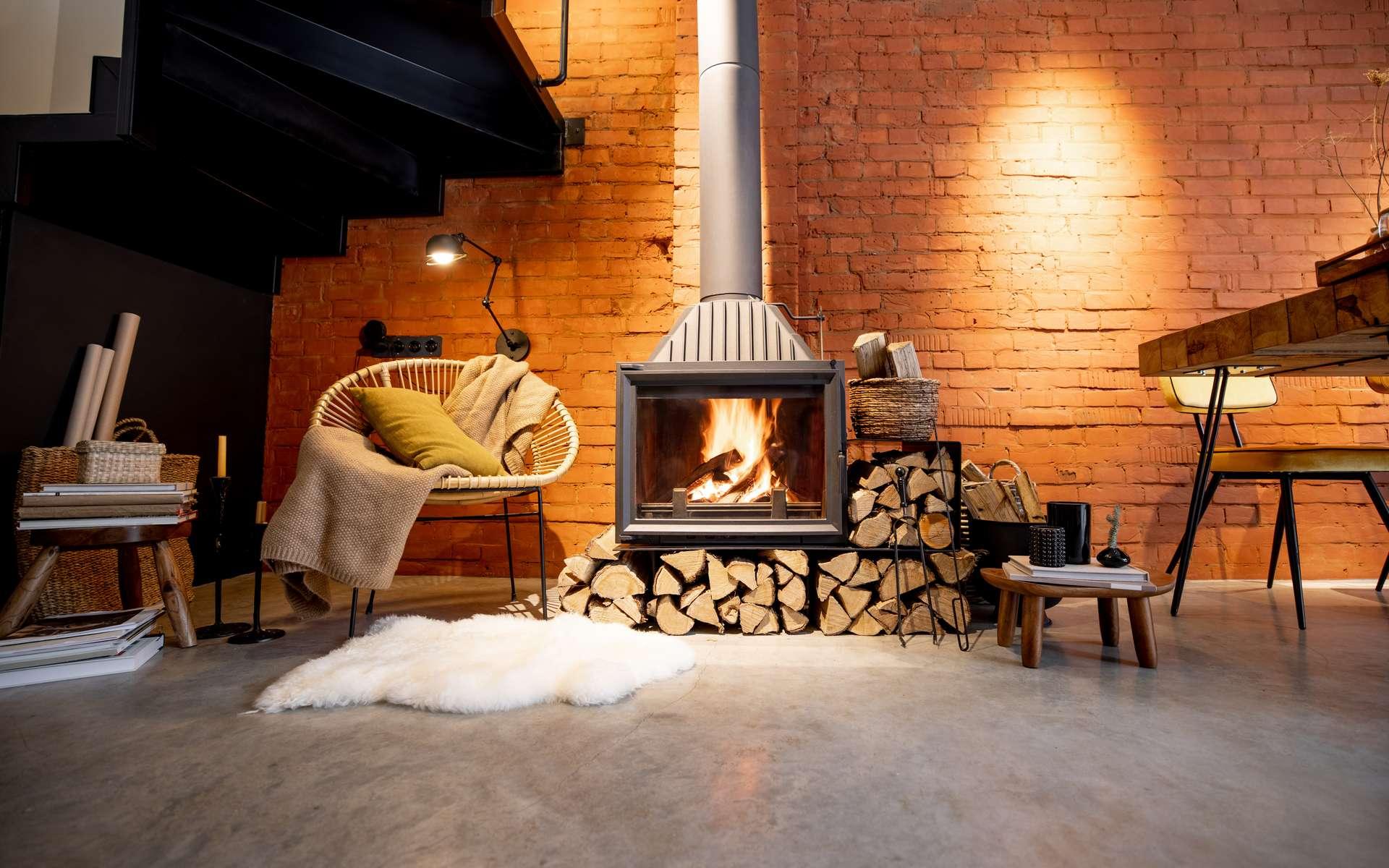 Avoir une cheminée chez soi est toujours agréable, mais il faut aussi penser à adopter les bons gestes pour réduire sa consommation énergétique et contribuer à la réduction des émissions de particules fines dans l'air en adoptant notamment un appareil labellisé Flamme verte. © rh2010, Adobe Stock