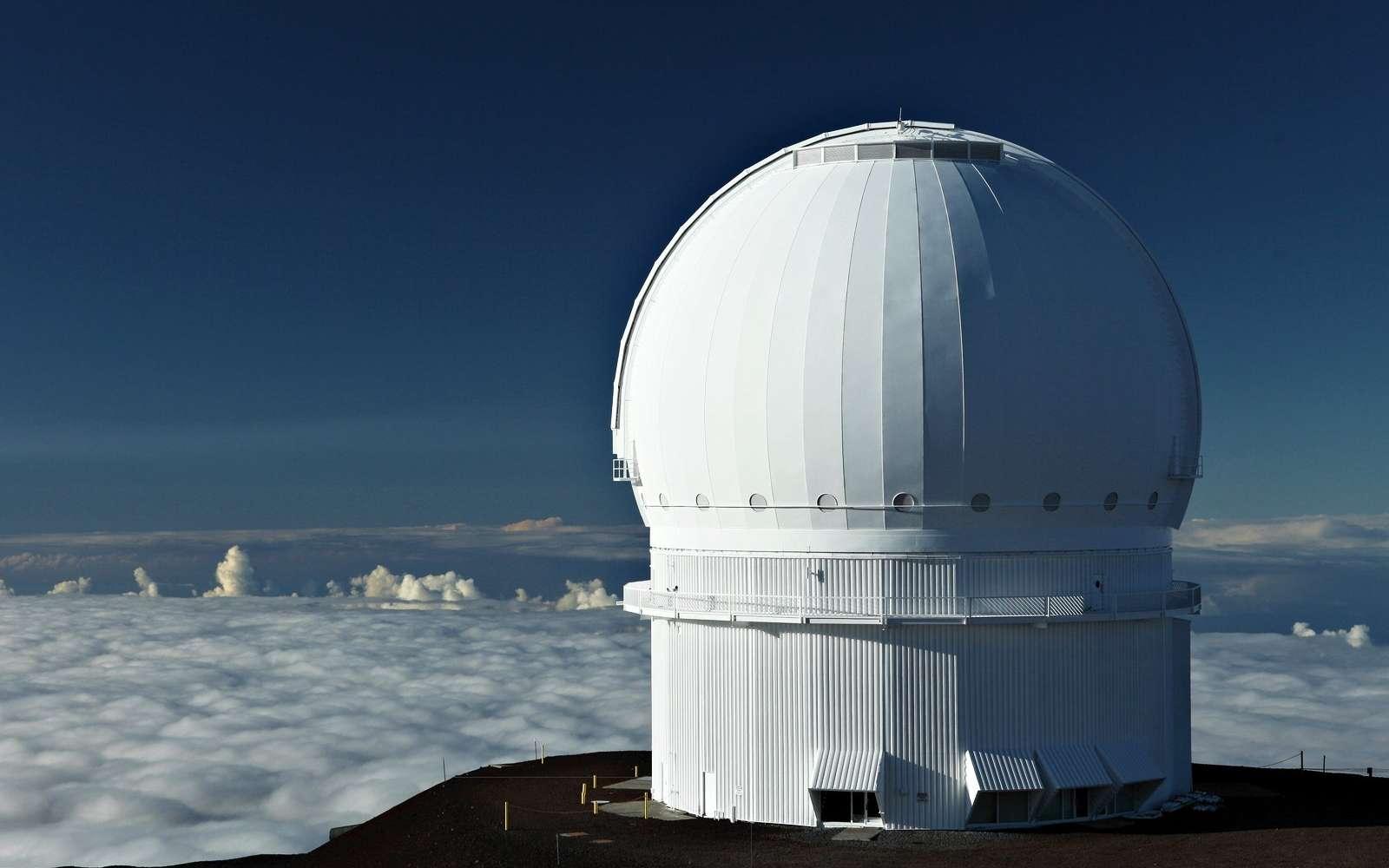 Sur cette photo, on voit le dôme de l'observatoire Canada-France-Hawaï (en anglais Canada-France-Hawaii Telescope, abrégé en CFHT). C'est un observatoire astronomique implanté près du sommet du Mauna Kea, à Hawaï, à une altitude de 4.204 m. © CFHT