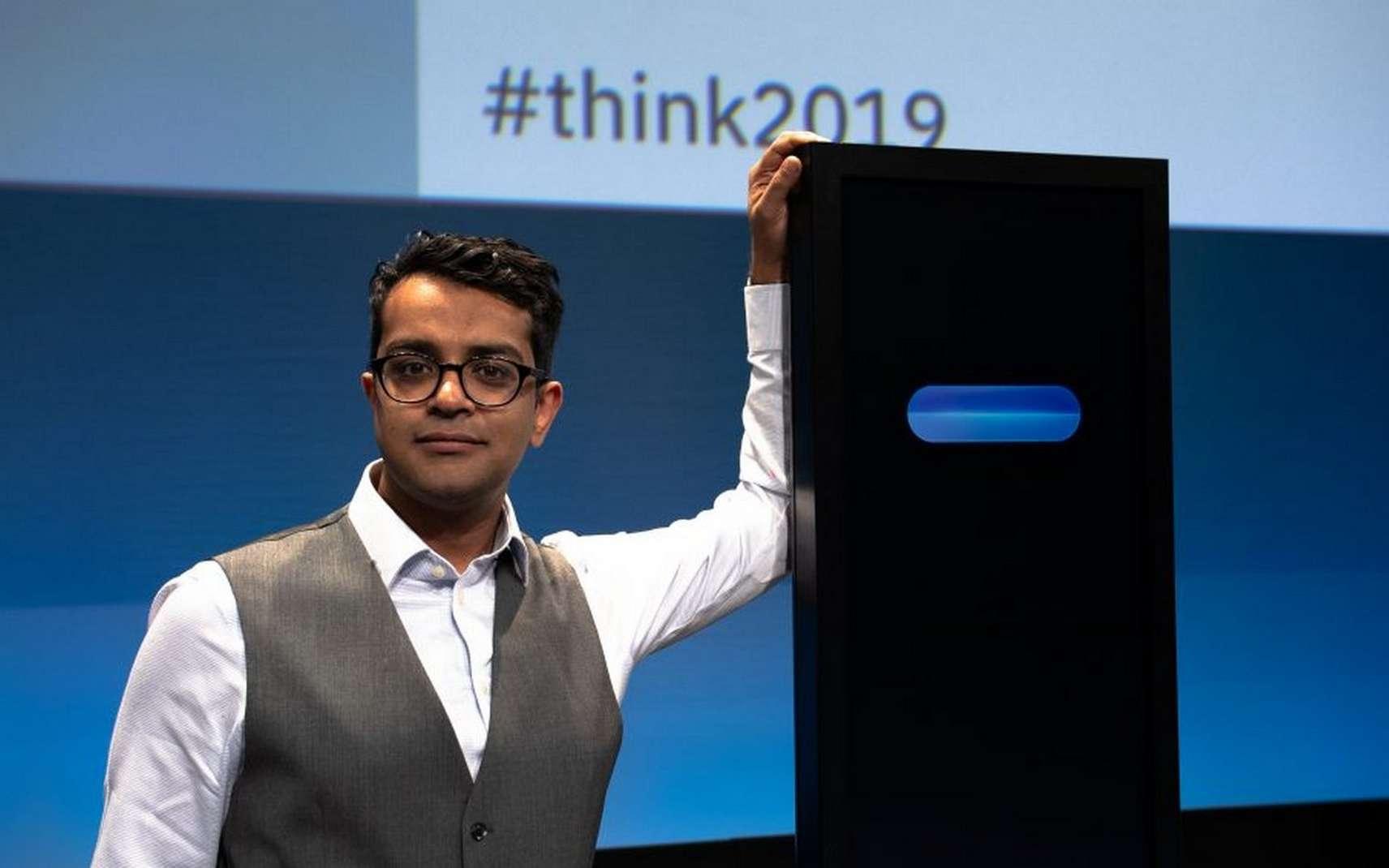 Harish Natarajan, finaliste des championnats du monde de débats de 2016 et champion d'Europe de débats en 2012, pose aux côtés du Project Debater d'IBM. © IBM