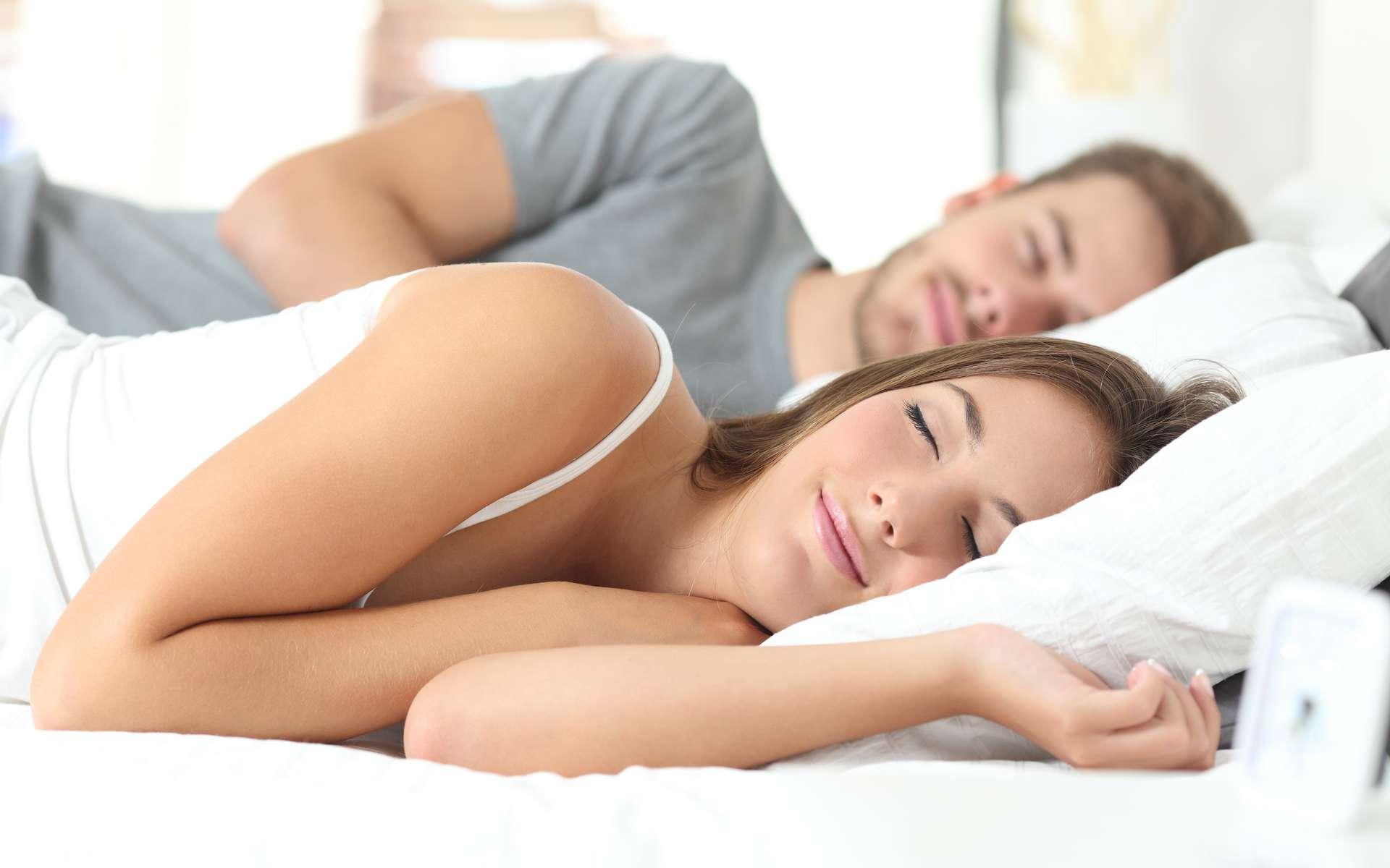 Le matelas à mémoire de forme est adapté pour tous les âges et toutes les morphologies, que l'on dorme seul ou à deux. © Antonioguillem, Adobe Stock