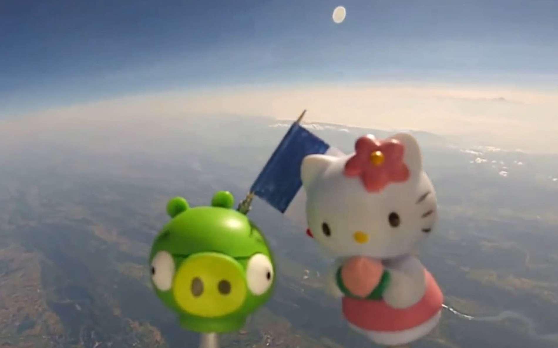 Bad Piggies et Kitty, les deux vedettes de l'équipée Nos jouets dans l'espace. Dans la stratosphère, la rotondité de la Terre commence à apparaître mais elle est très exagérée dans les vidéos diffusées sur Internet par la courte focale des caméras embarquées, qui descend à environ 12 mm en équivalent 35 mm pour un modèle d'une célèbre marque. © Nos jouets dans l'espace