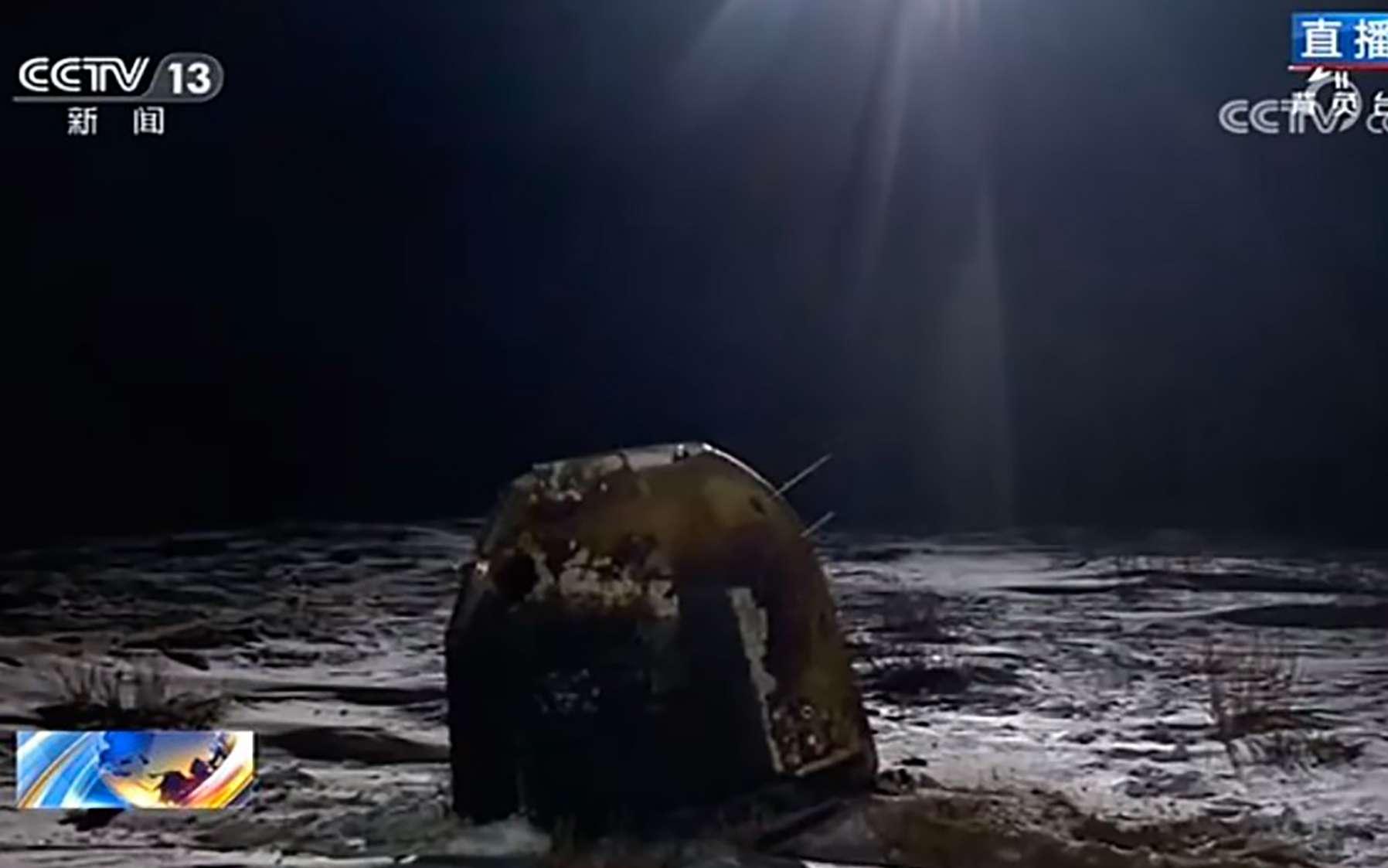 La capsule Chang'e 5 qui contient quelque 2 kilogrammes d'échantillons lunaires, peu de temps après son atterrissage. © CCTV