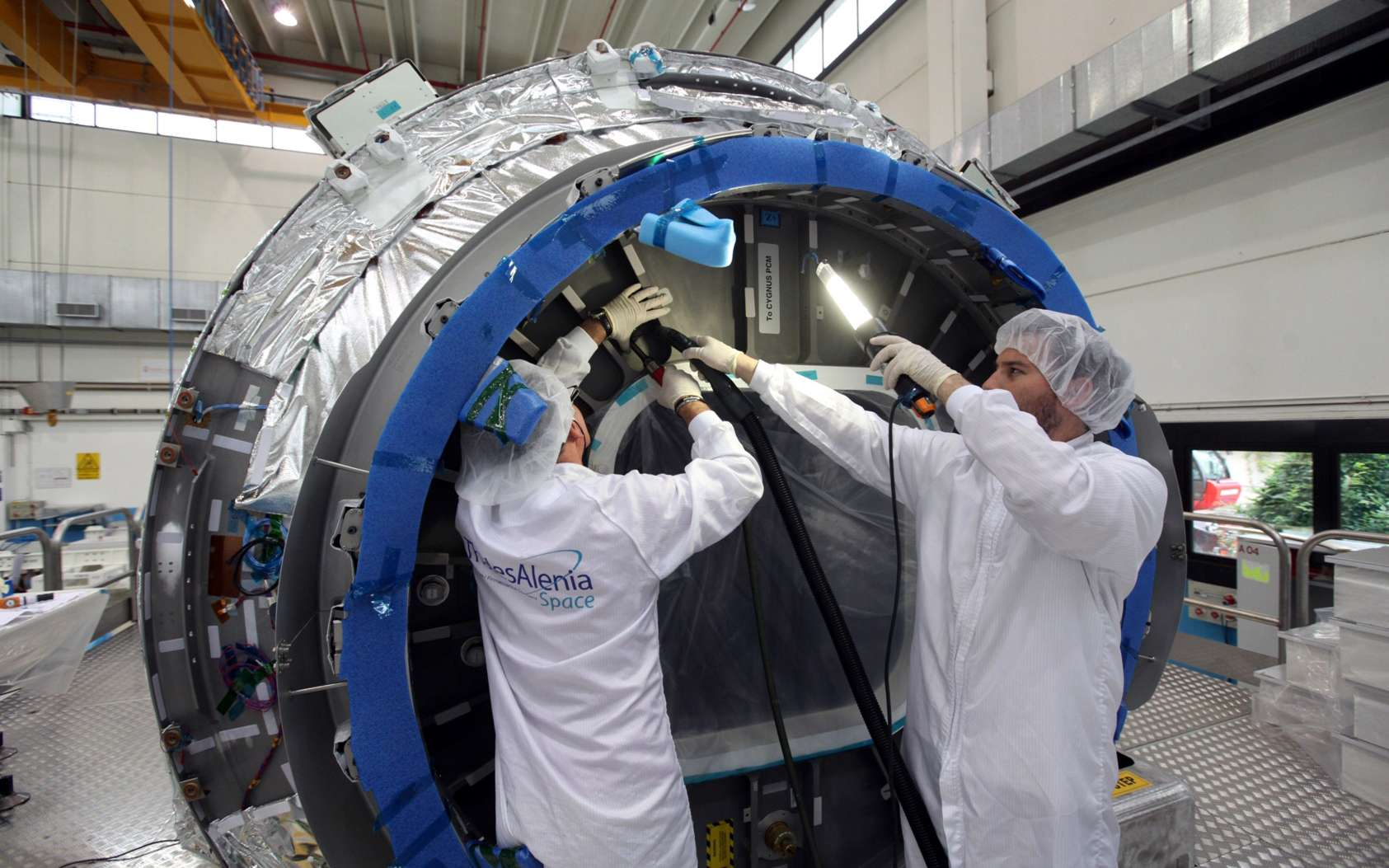 Le premier module PCM fourni par Thales Alenia Space a quitté l'usine turinoise de TAS pour le site de lancement de la Nasa à Wallops en Virginie, où Orbital l'intégrera avec le module de service Cygnus. Le premier vol est actuellement programmé pour décembre 2011 avec le lanceur Taurus II d'Orbital. © Thales Alenia Space