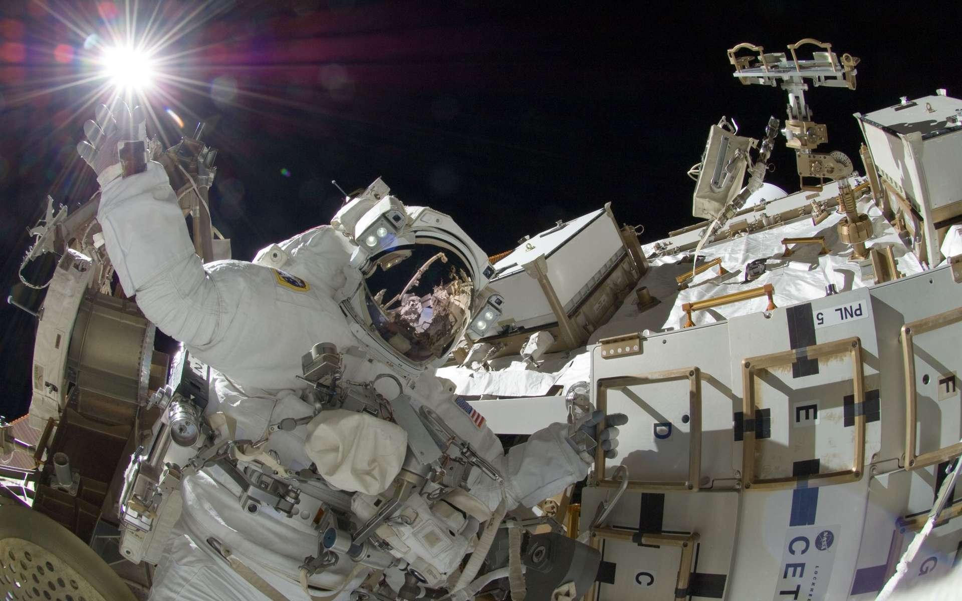 Sunita Williams, astronaute américaine, photographiée par le Japonais Aki Hoshide, lors de l'Expédition 32, pendant une longue sortie extravéhiculaire (EVA), le 5 septembre 2012. Le photographe est visible dans le reflet du casque. Outre cette pause photo, les deux astronautes ont terminé l'installation d'un nouveau module d'alimentation électrique (MBSU, Main Bus Switching Unit), malgré un boulon coincé au cours du démontage du module en panne, et ont également fixé une caméra sur le bras robotisé Canadarm2. © Nasa