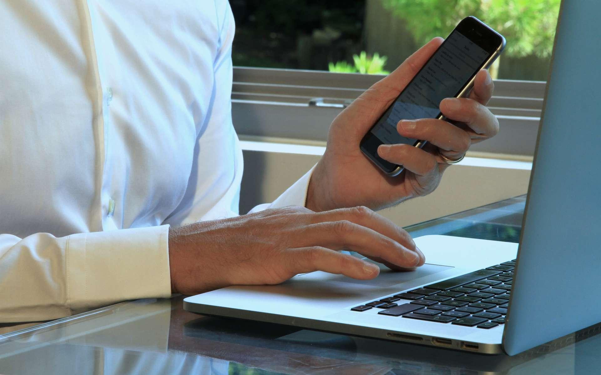 Afficher l'écran d'un smartphone sur une TV. © Rostichep, Adobe Stock