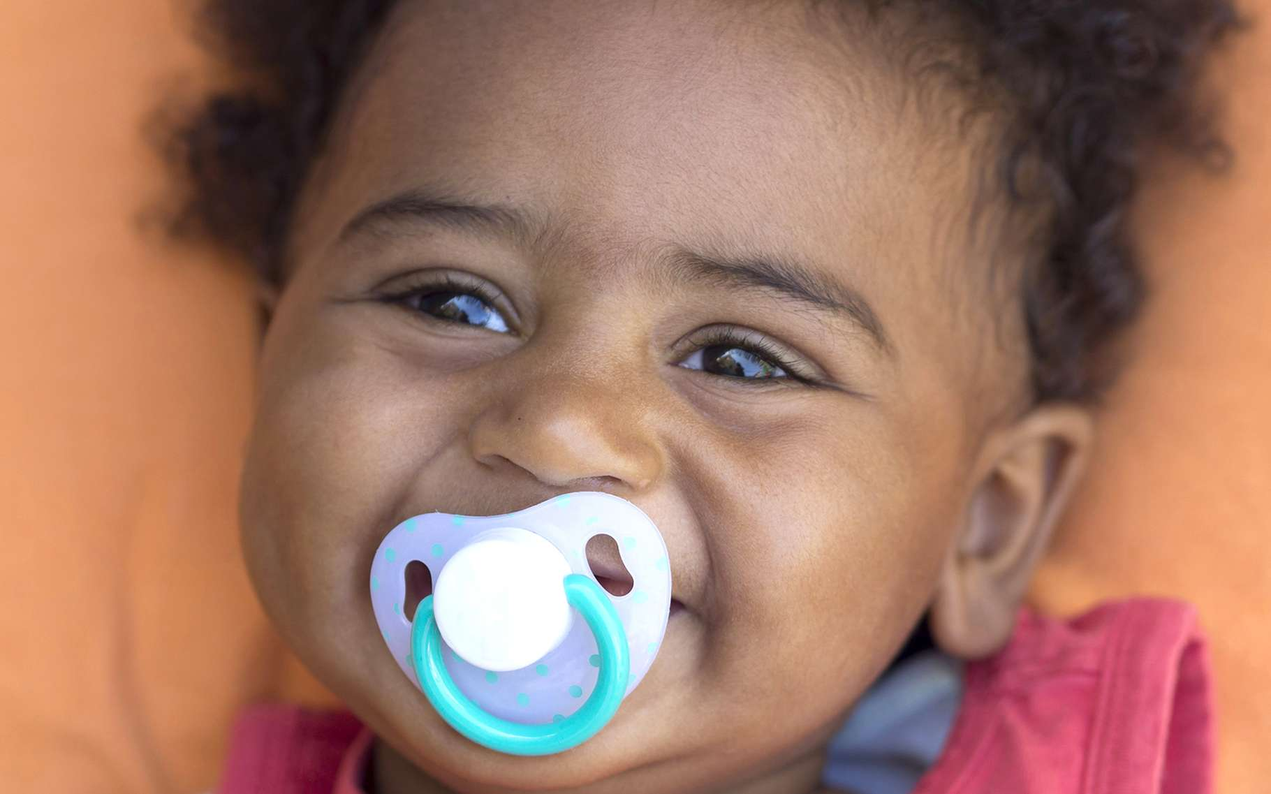 Que ce soit par la tétine ou par le pouce, la succion répétée n'est pas idéale pour les dents. © africa924, Shutterstock