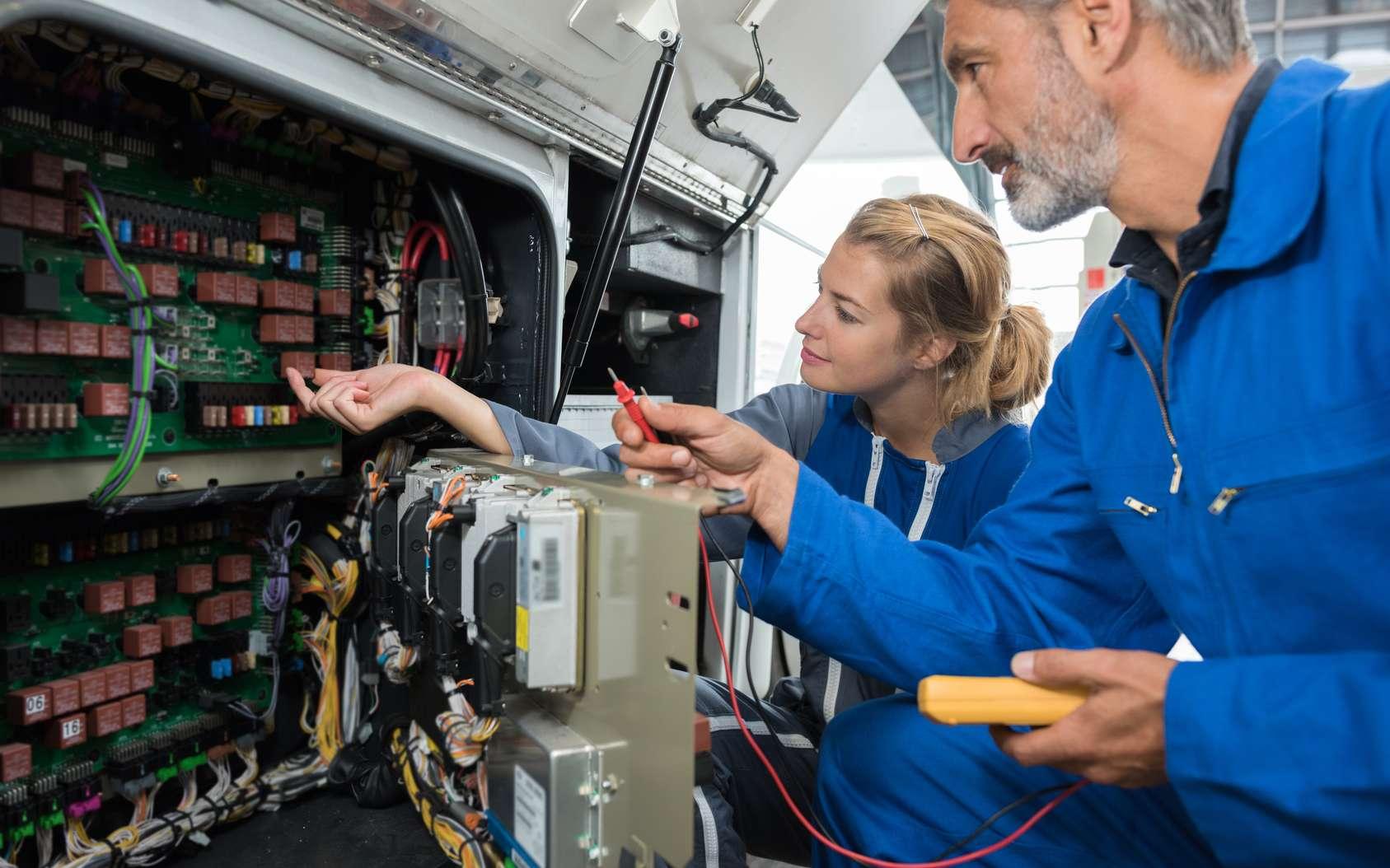 Exerçant dans un secteur en quête d'innovations technologiques, l'électronicien est un expert de la conception et de la fabrication de composants électroniques. © Leonid Eremeychuk, Fotolia.