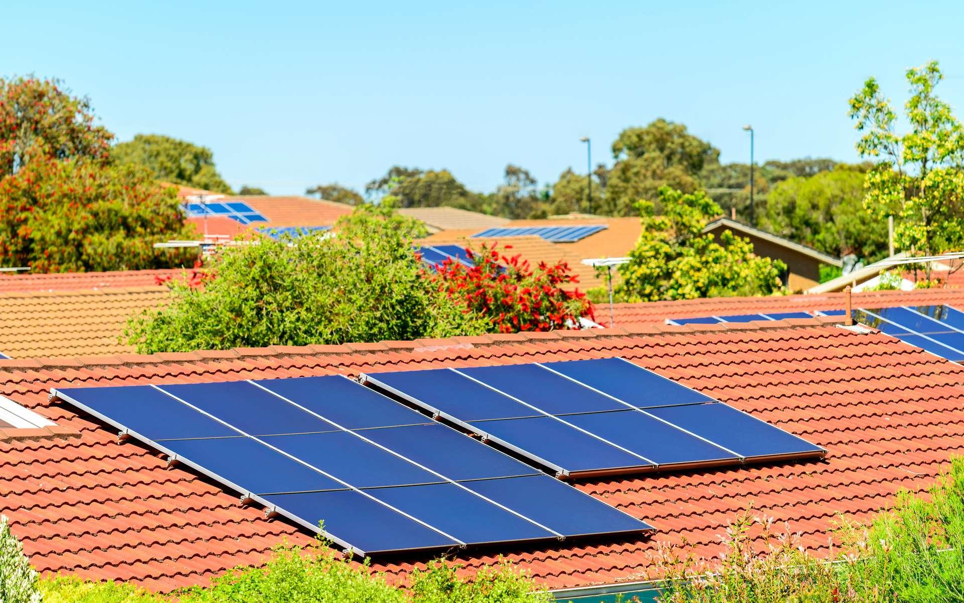 Recyclables à 95 %, les panneaux photovoltaïques permettent de réduire la facture d'électricité de la maison. Disponibles en kit, ils peuvent être installés par des bricoleurs expérimentés. © moisseyev, Adobe Stock