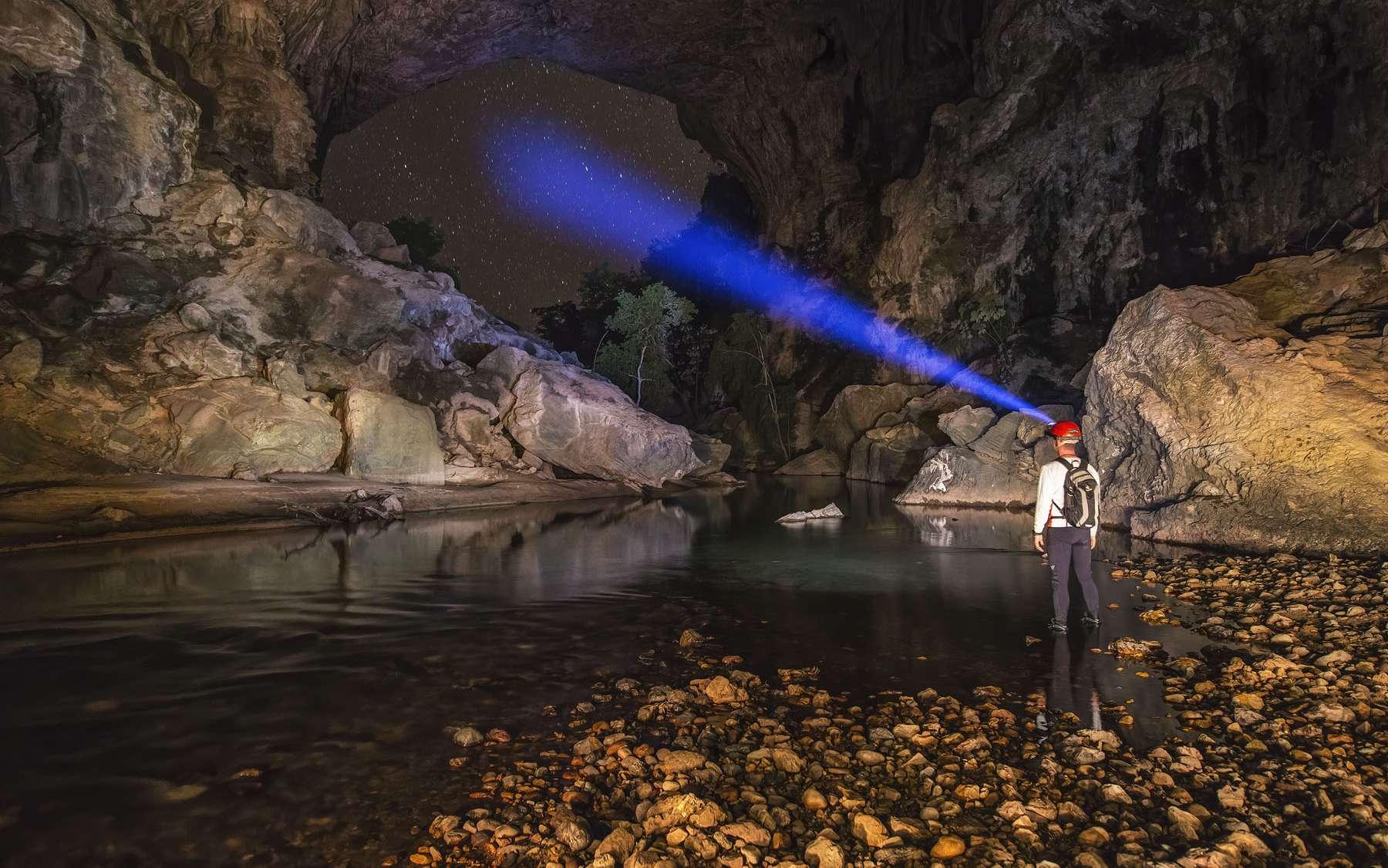 La grotte Terra Ronca constitue peut-être la principale attraction touristique du parc national de Terra Ronca (Brésil). Elle est connue pour son immense entrée qui mesure pas moins de 95 mètres de haut et 120 mètres de large. Mais également pour la grandeur de ses diverses salles qui se dévoilent sur un parcours de quelque huit kilomètres de long.On y trouve notamment une formation qui ressemble à s'y méprendre à un autel. Un autel de 760 mètres de long et de 100 mètres de haut, tout de même. Depuis 1929, des milliers de pèlerins se rassemblent ici chaque mois d'août pour assister à une cérémonie religieuse et dans l'attente du miracle qui les guérira de leurs maux. © Marcio Cabral, Tous droits réservés