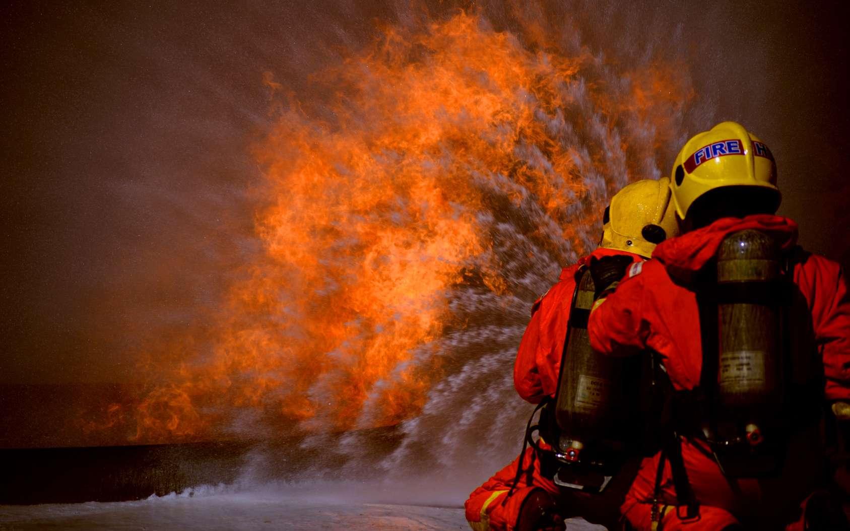 L'eau éteint le feu en l'étouffant et en le refroidissant. © PeterO, fotolia