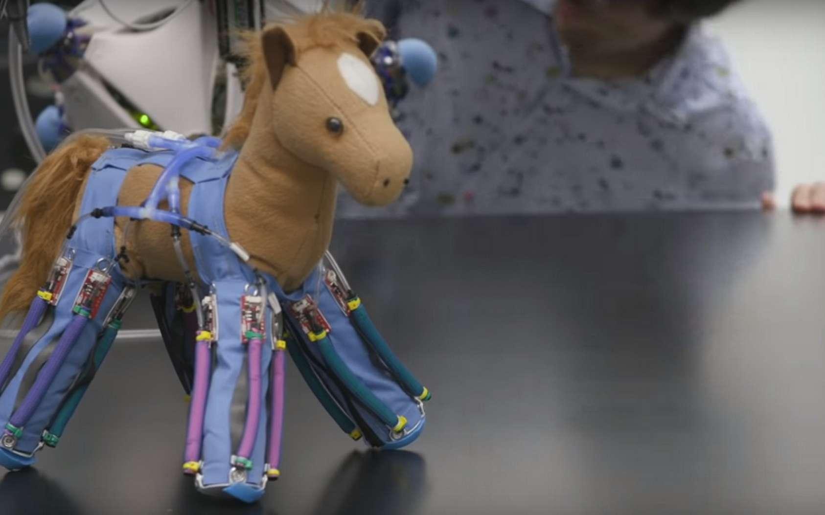 La peluche transformée en robot grâce à la peau robotique de l'université de Yale. © Yale University
