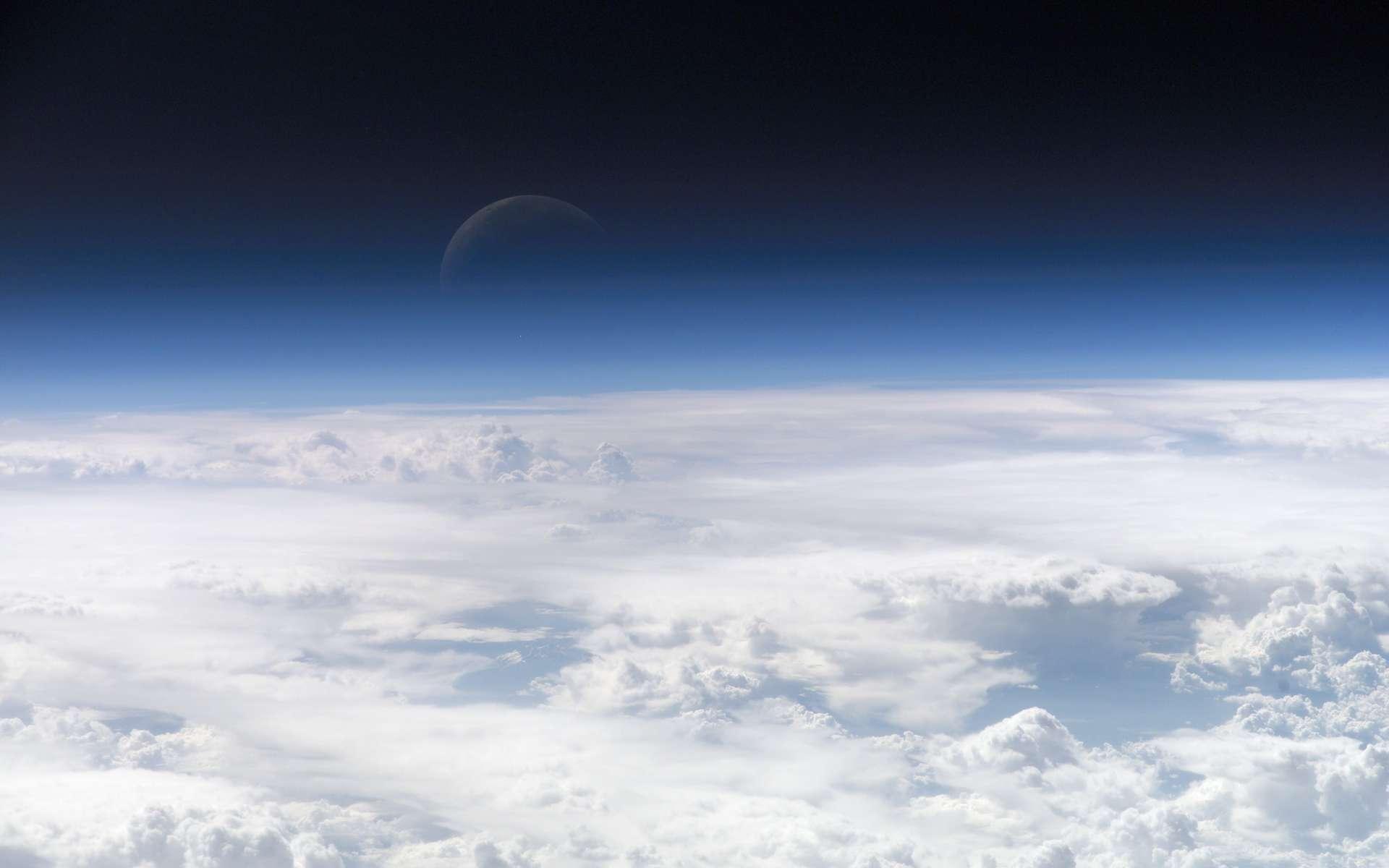 Chaque année, des centaines de millions de tonnes de poussière s'élèvent des déserts d'Afrique et sont soufflées à travers l'océan Atlantique. Selon des chercheurs de l'université de Californie à Los Angeles (États-Unis), les quantités de ces poussières qui demeurent dans notre atmosphère et jouent sur notre climat sont bien plus importantes qu'on le pensait. © Nasa
