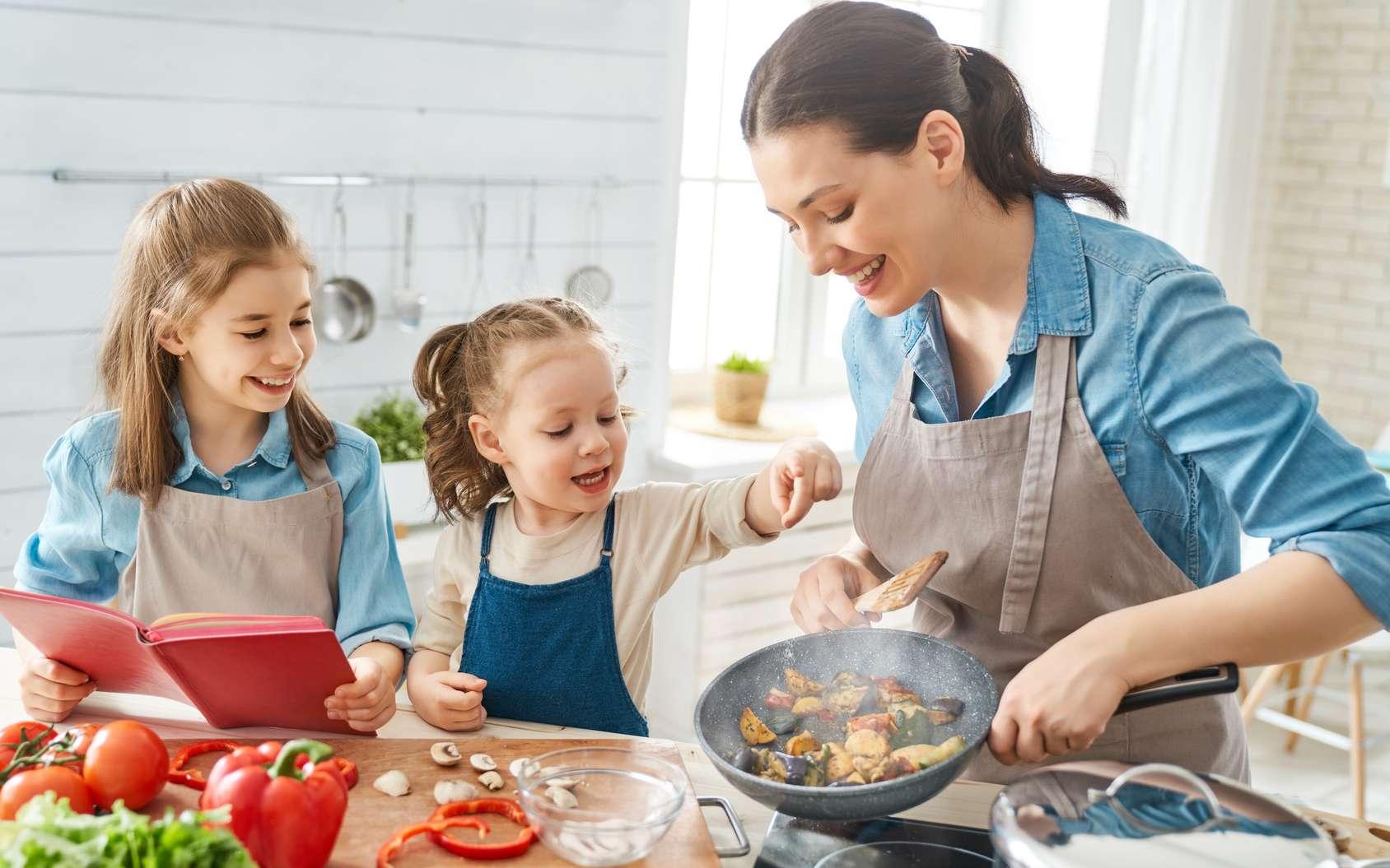 Une famille en cuisine. © Konstantin Yuganov, Fotolia