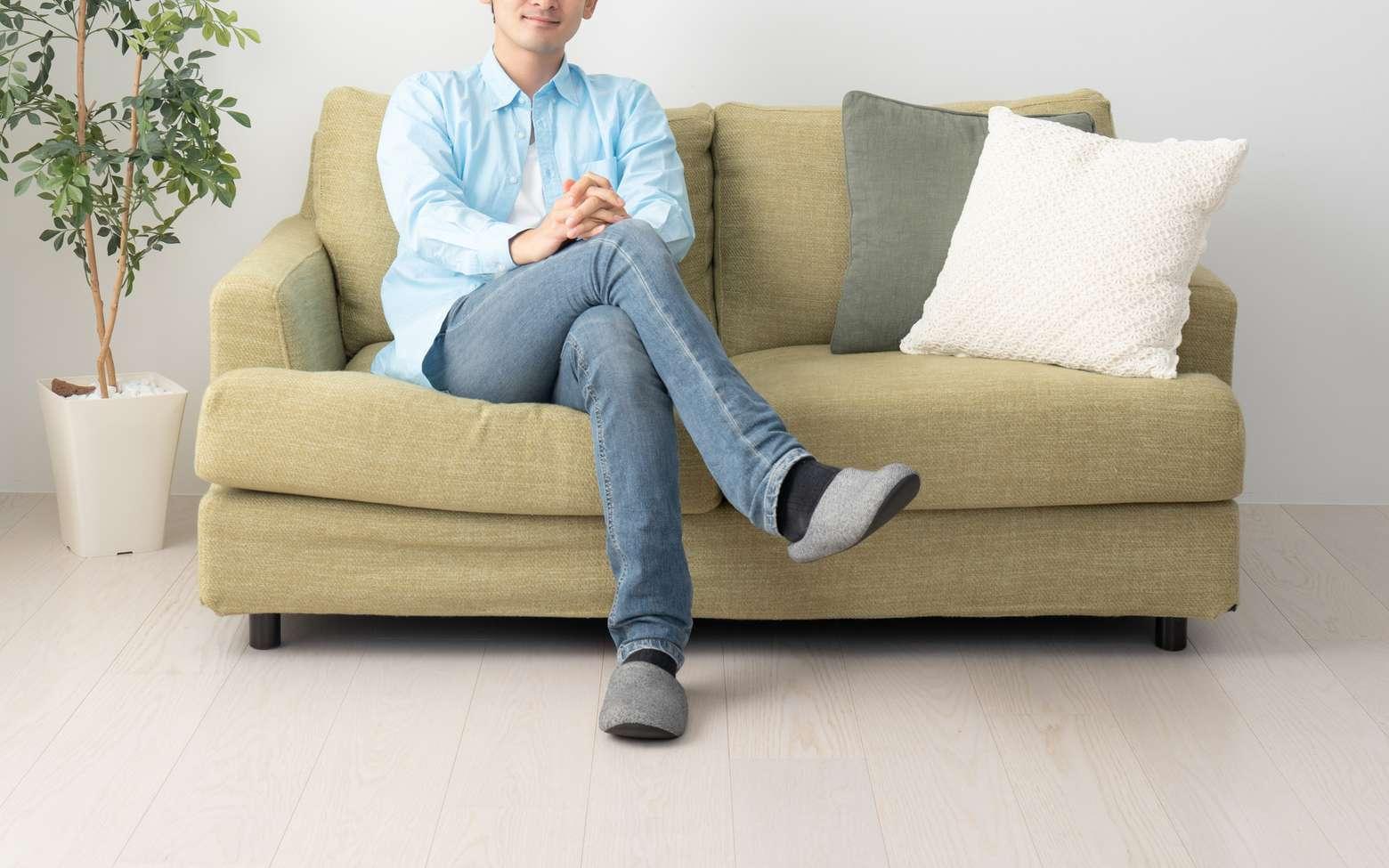 S'assoir en croisant les jambes est un réflexe naturel pour reposer les muscles. © polkadot, Fotolia