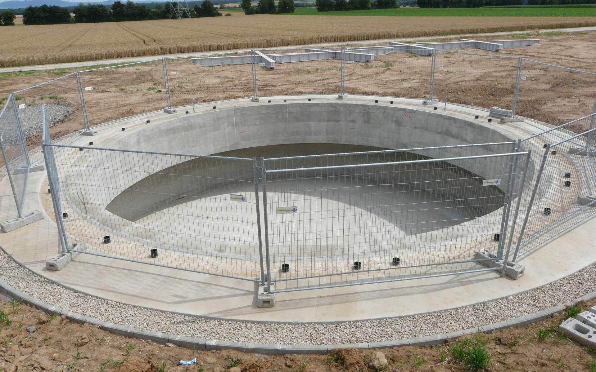 Le béton de fondation est utilisé dans toutes les constructions. Ici, il sert au socle d'une éolienne. © Matthieu Riegler, CC BY 3.0, Wikimedia Commons