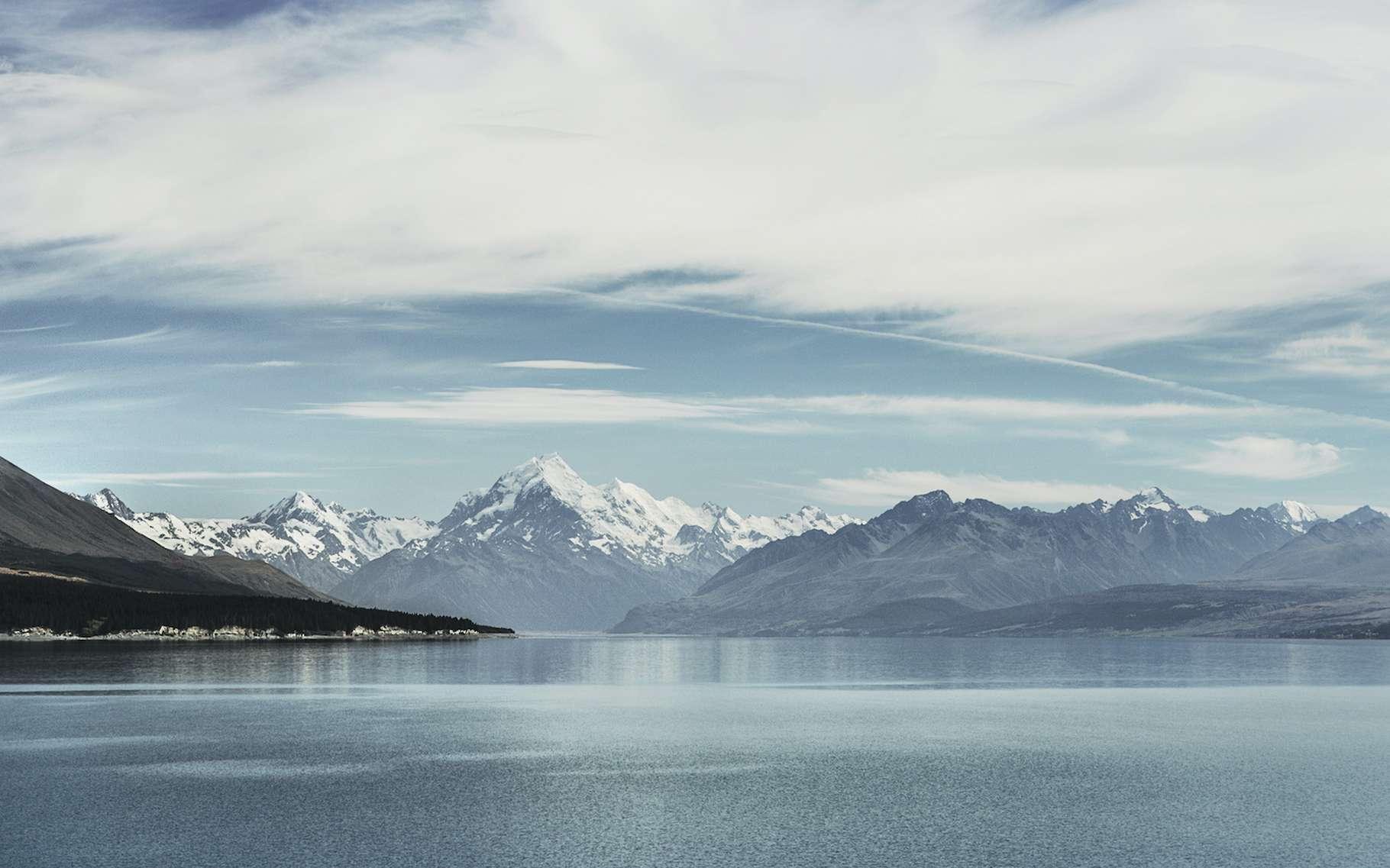 En étudiant les mouvements des glaciers de montagne dans l'hémisphère sud, des chercheurs de l'université du Maine (États-Unis) ont mis au jour un mécanisme, le Zealandia Switch, qui pourrait expliquer le cycle des âges de glace. Ici, le lac Pukaki, formé après le recul d'un glacier de montagne comme ceux qu'ils ont étudiés il y a environ 18.000 ans, à la fin de l'ère glaciaire. © Joshua, Adobe Stock