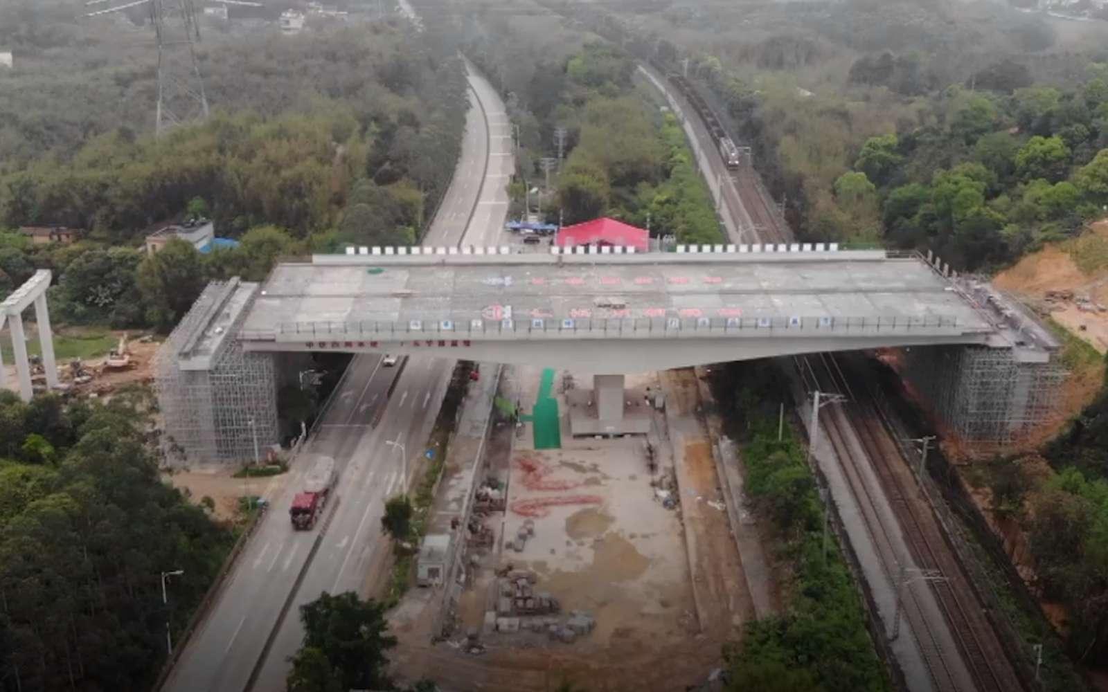 Ce pont pivotant de 100 mètres enjambe une voie ferrée et une autoroute. © CGTN, capture écran Facebook
