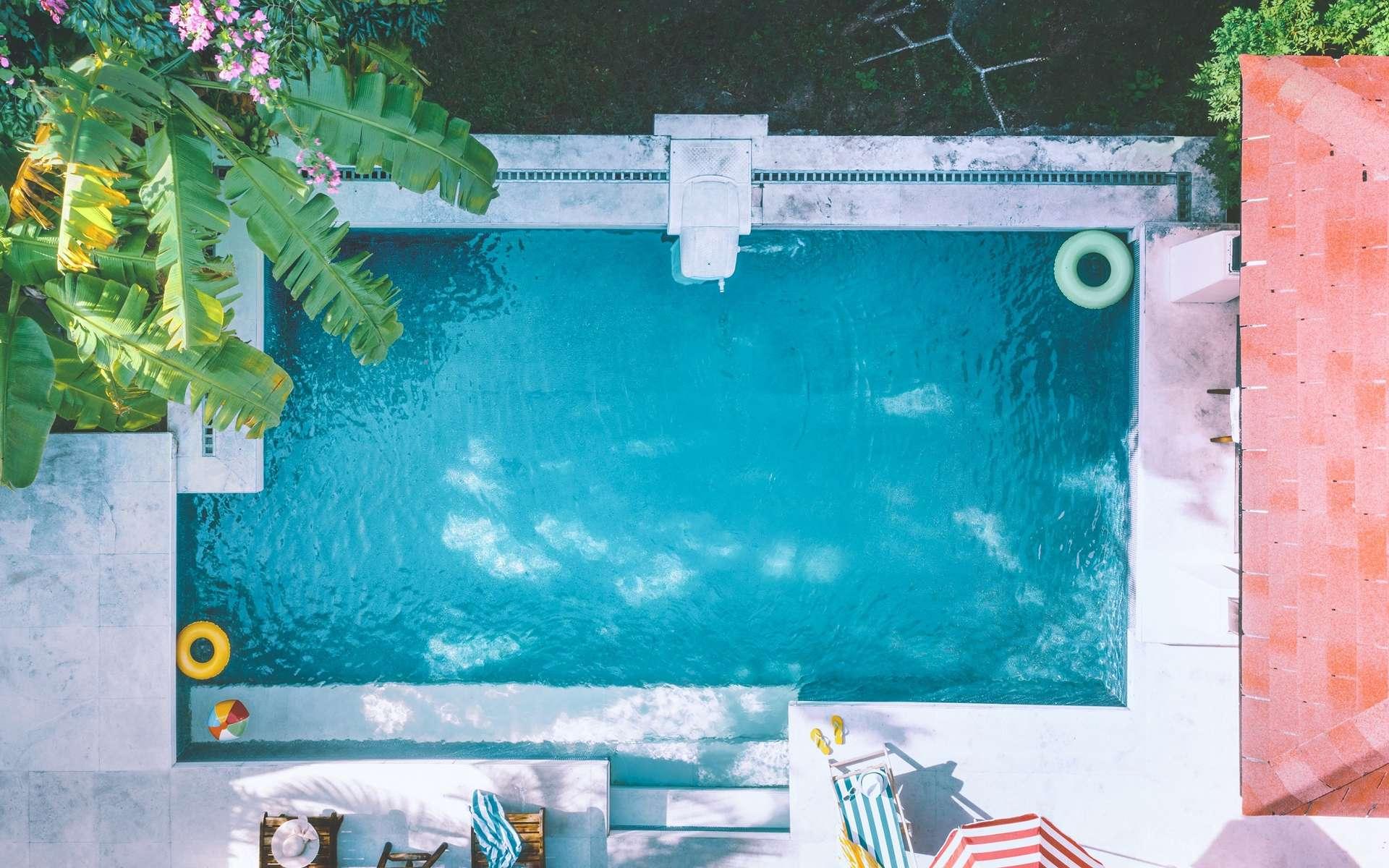 Automatisé, l'entretien de la piscine est d'une grande simplicité grâce aux applications dédiées pour smartphone et tablette. Moins de contraintes pour plus de plaisirs. © lily, Adobe Stock