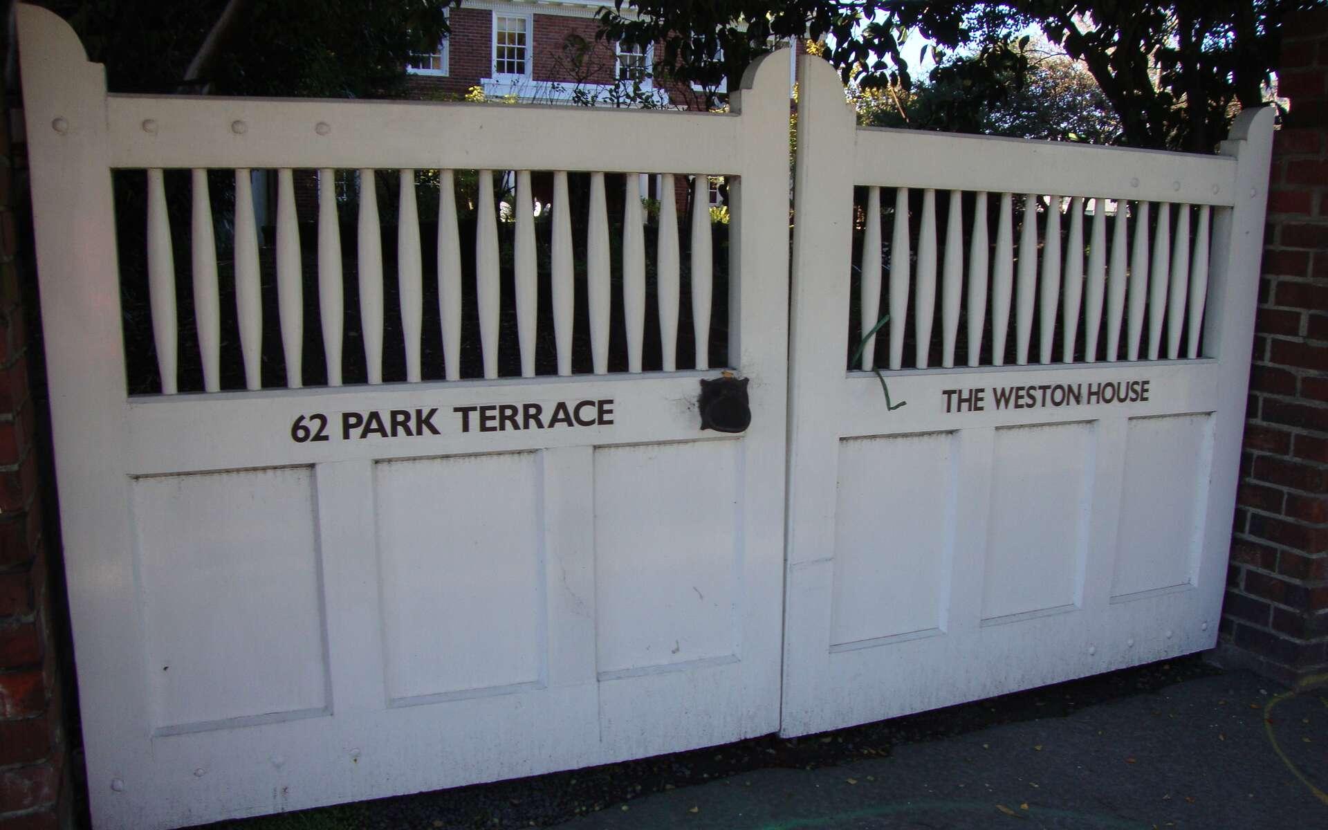 Un portail en PVC coulissant apporte la sécurité et est facile d'utilisation. © Schwede66, Wikimedia CC-BY-SA-3.0