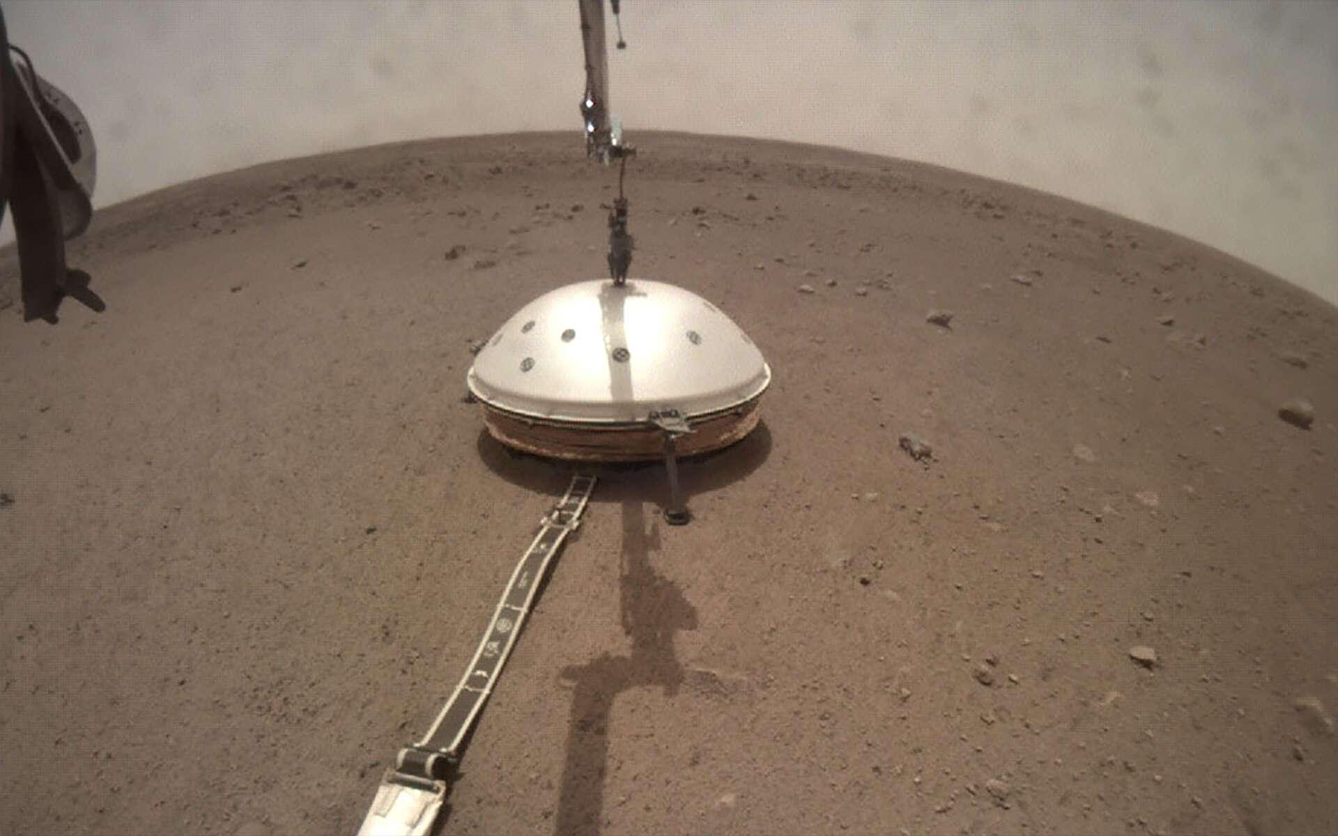 Le sismomètre Seis et son bouclier de protection de la mission InSight, déposés à la surface de Mars en deux étapes en décembre 2018 et février 2019. © Nasa, JPL-Caltech