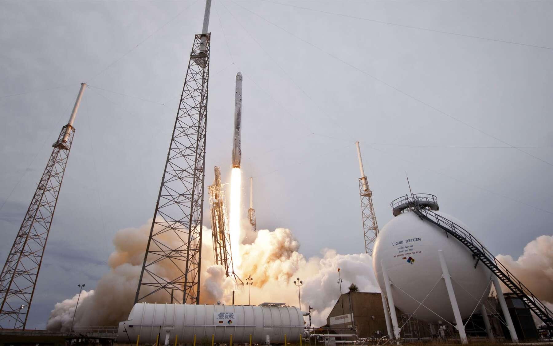 Le prochain lancement du Falcon 9 ne devrait pas avoir lieu avant le courant du mois de novembre. Ici, le lancement d'une capsule Dragon à destination de l'ISS. © SpaceX