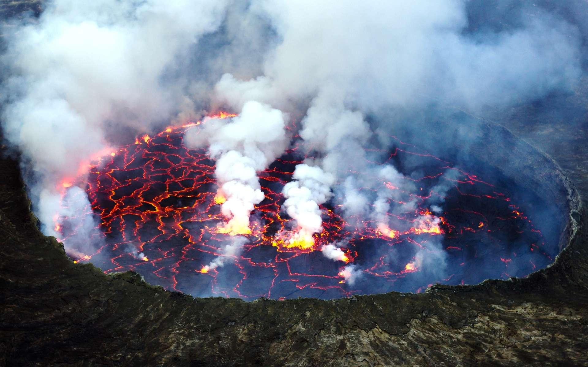 Une vue du lac de lave du Nyiragongo, en République démocratique du Congo. Il donne une image frappante de la tectonique des plaques. En effet, on peut voir à sa surface des morceaux sombres de lave refroidie en mouvement sous l'action de courants de convection. À leurs limites, la lave incandescente est bien visible et des processus analogues à l'expansion des fonds océaniques et à la subduction, voire l'obduction, des plaques s'y produisent. © via Wikimedia Commons, CC by-sa 3.0
