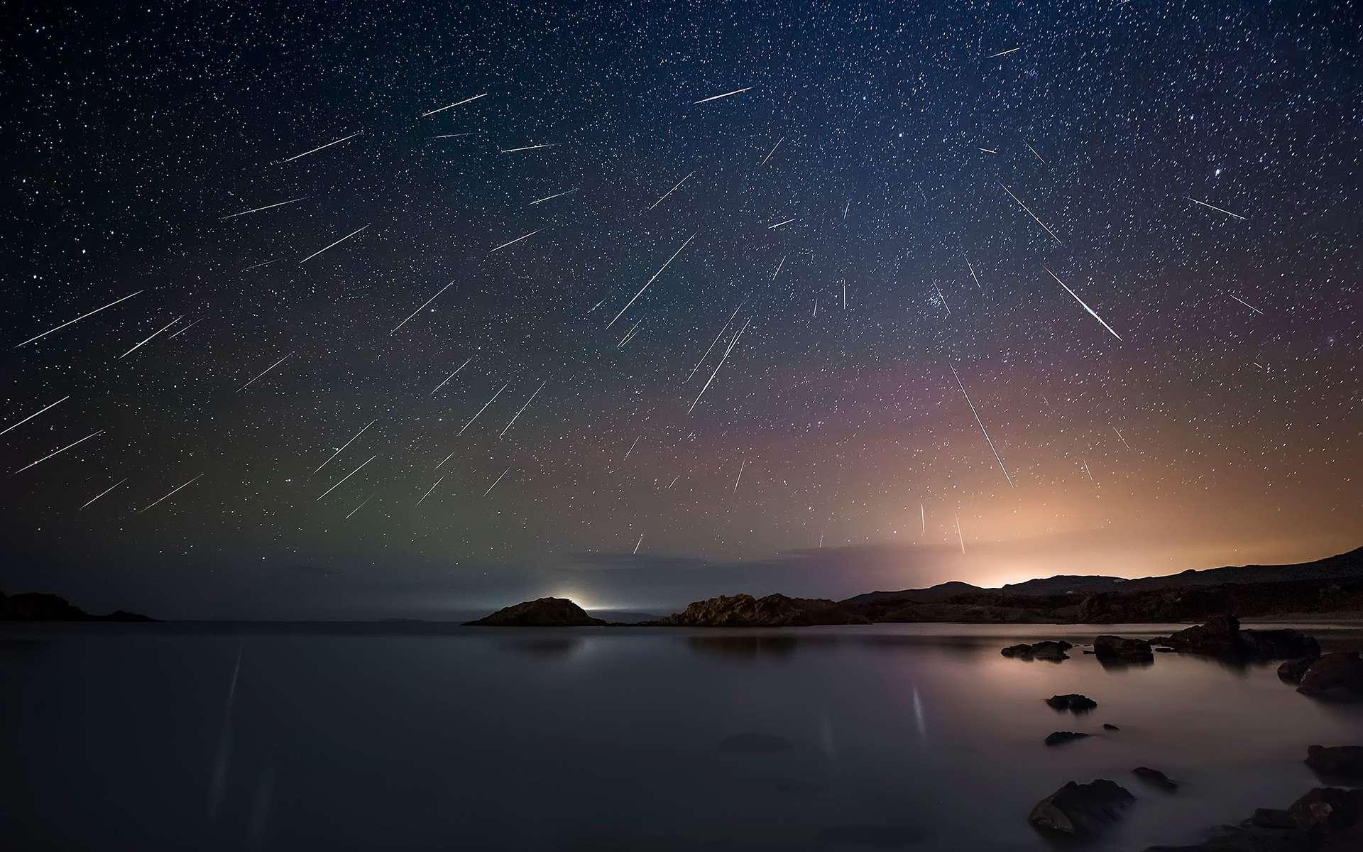 Photo composite de la pluie d'étoiles filantes des Géminides en 2015. © Photopills