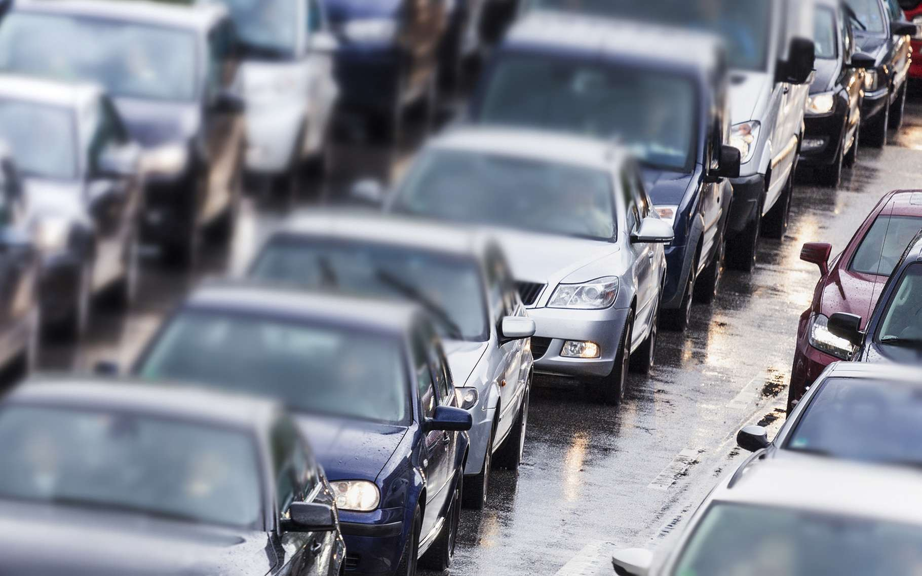 Selon une étude de chercheurs de l'université de Surrey, adopter les bons réflexes peut nous permettre de réduire de 76 % notre exposition aux gaz toxiques dans un bouchon. © Ralf Gosch, Shutterstock