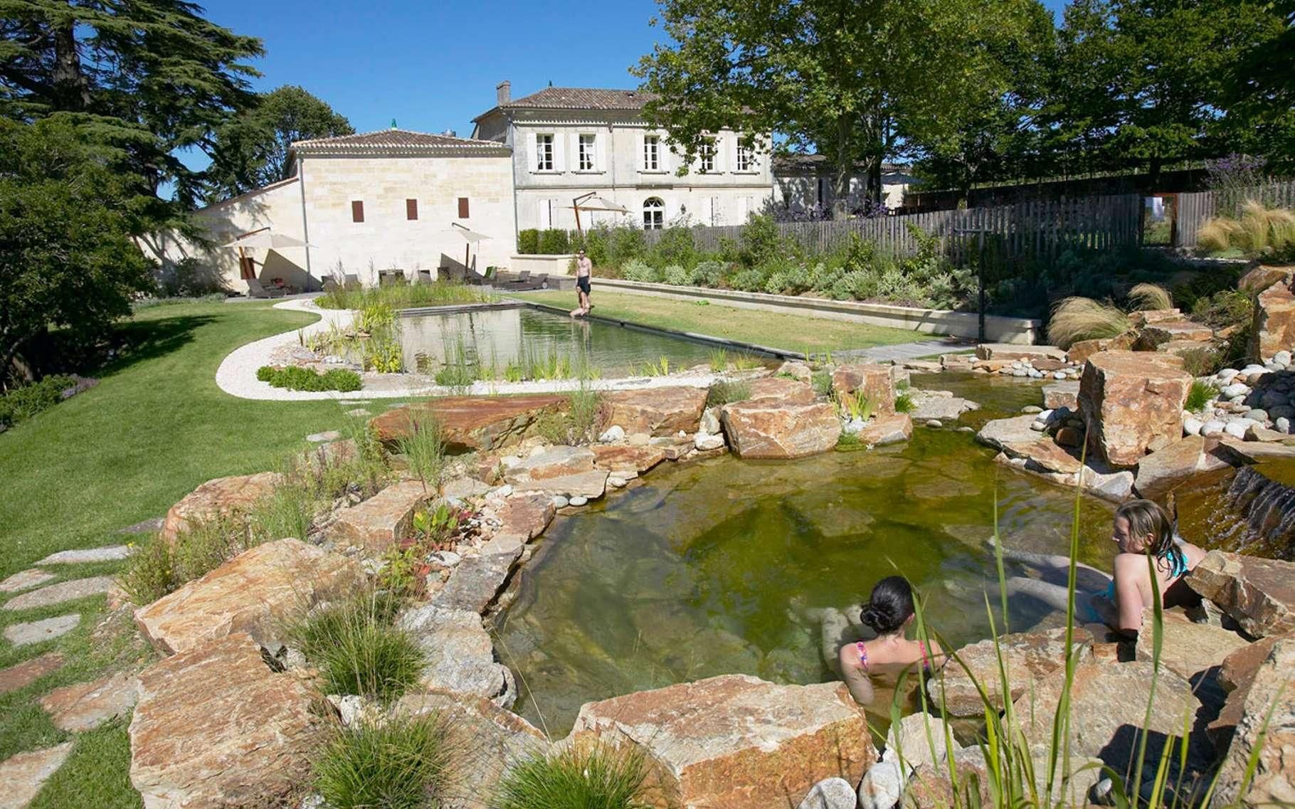 La piscine écologique du château Franc Mayne. © SunSD, Wikimedia Commons, CC by-sa 3.0