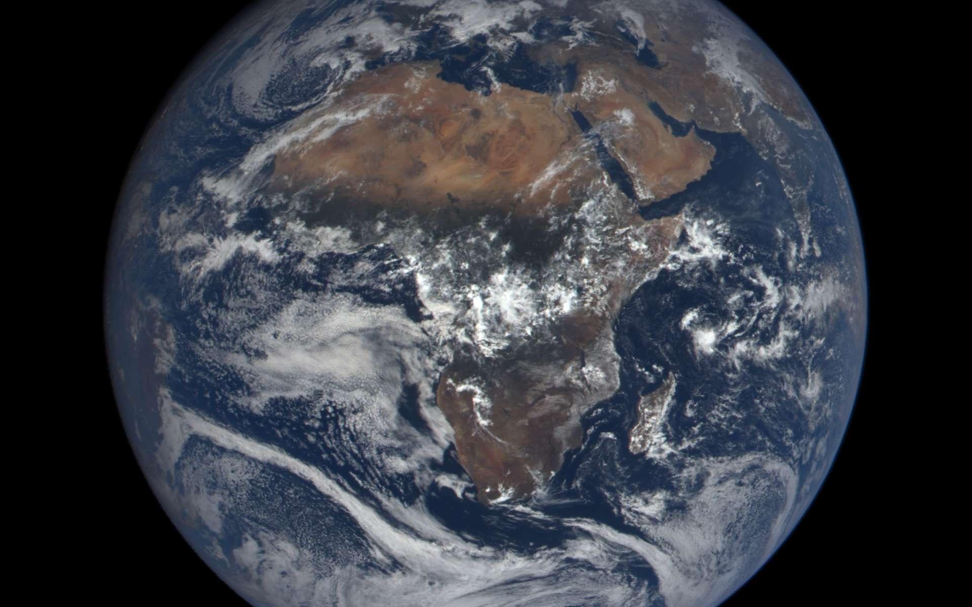 La Terre photographiée avec la caméra Epic du satellite DSCOVR, le 19 octobre 2015 à 9 h 52 TU (soit 11 h 52 en France métropolitaine). Le site epic.gsfc.nasa.gov, ouvert tout récemment par la Nasa, permet d'accéder aux images de notre planète. © Nasa