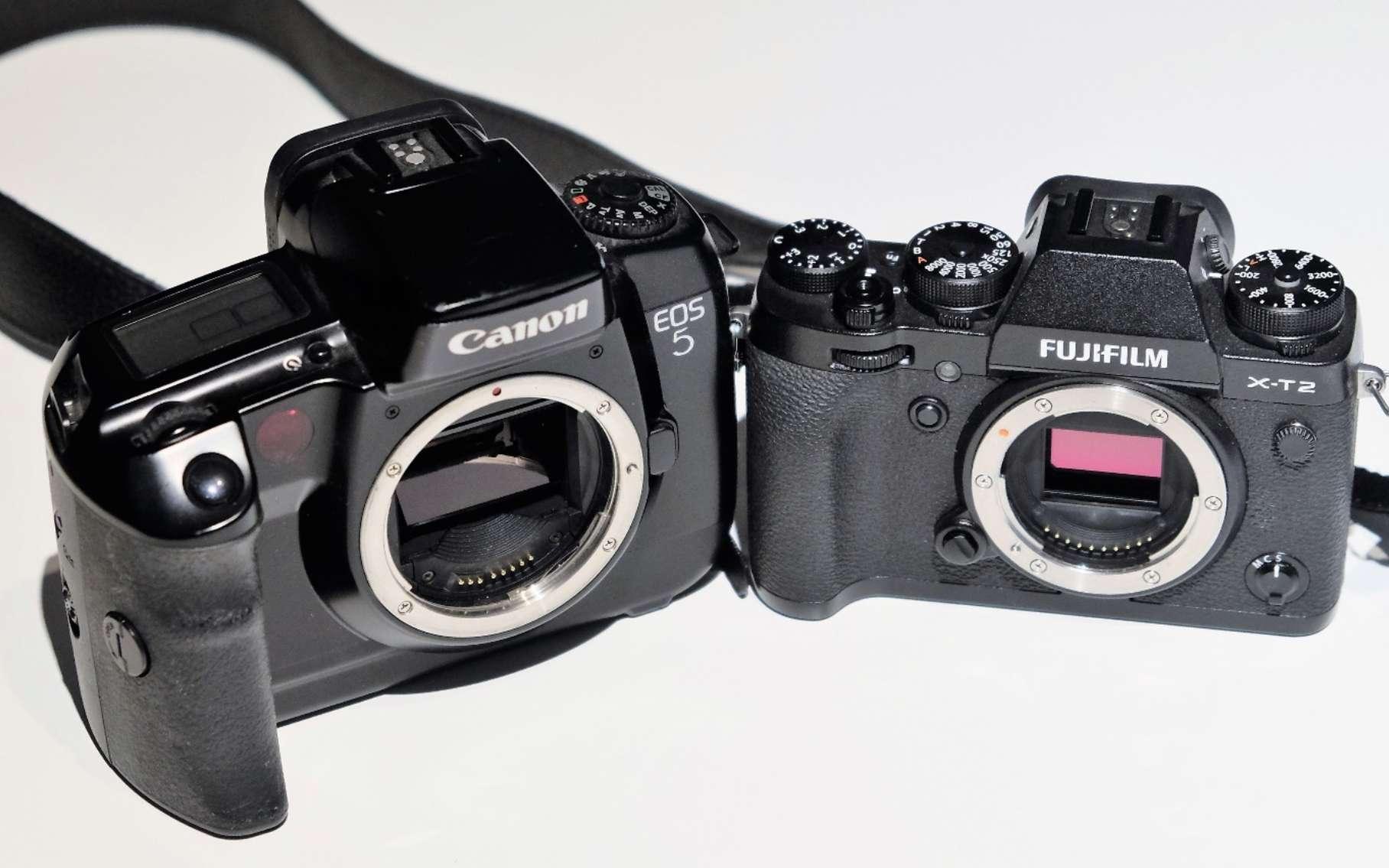 À gauche, un reflex et son miroir visible, à droite, le capteur numérique de l'hybride est directement accessible. © J.-M. Renoirt