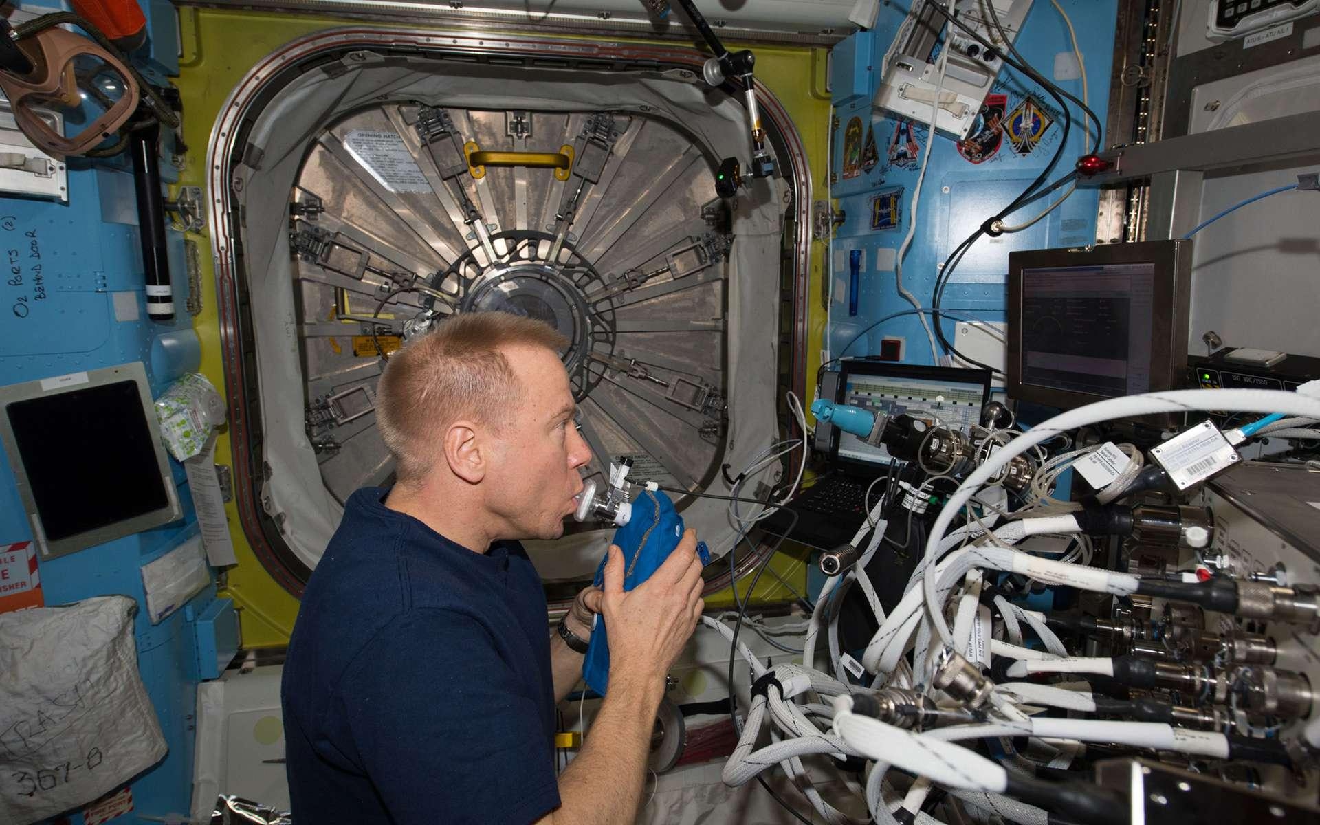 L'astronaute de l'agence spatiale européenne Tim Peake surveille sa santé à bord de la Station spatiale internationale. On le voit ici analyser l'air expiré, contrôler le niveau d'inflammation de ses voies respiratoires et mesurer la quantité de poussière en suspension dans l'atmosphère du complexe orbital. © Esa, Nasa
