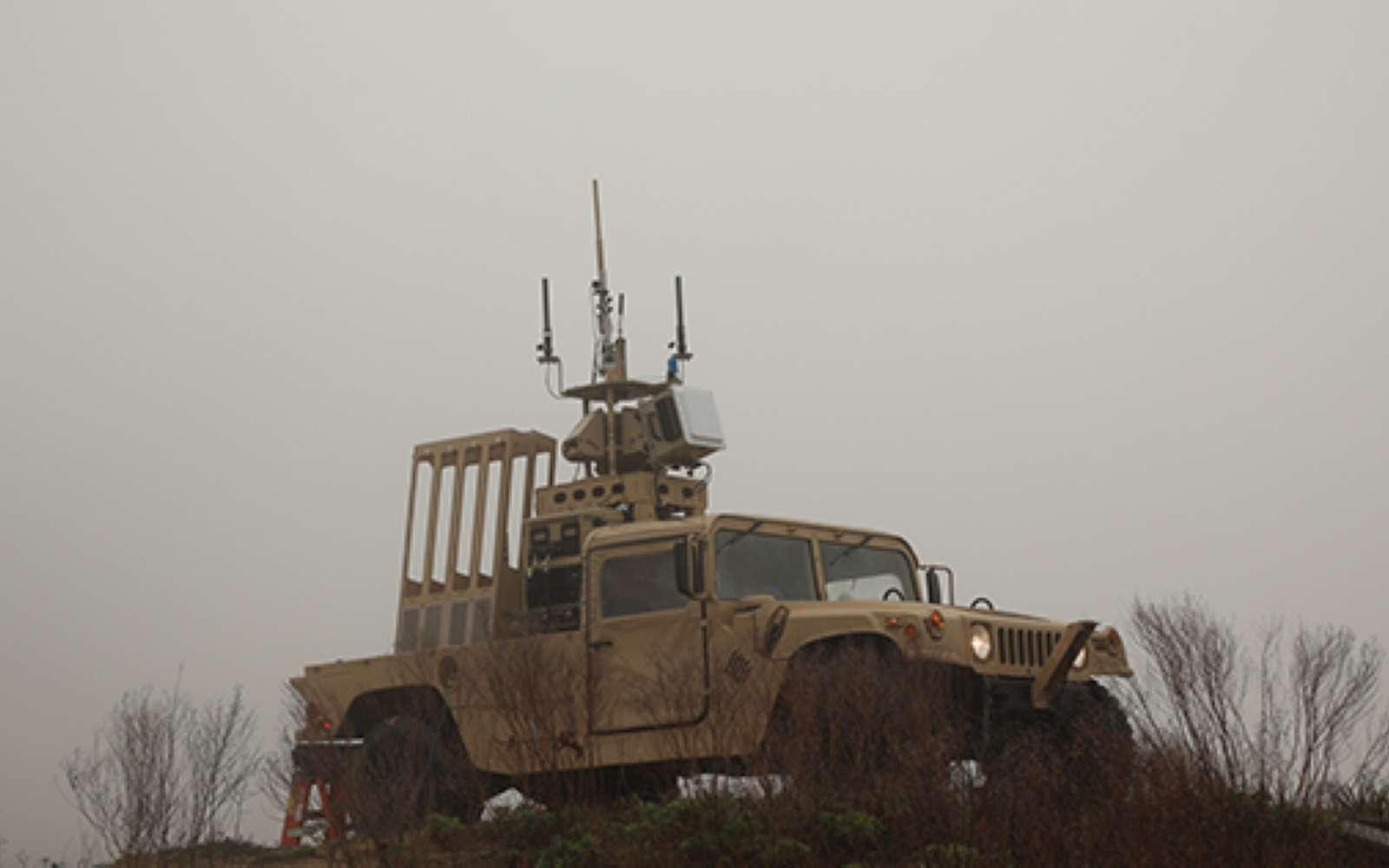 Le véhicule blindé léger dispose du puissant radar à bande X à courte portée et d'un système de tir permettant d'envoyer les tubes volants qui vont neutraliser le ou les drones. © Darpa